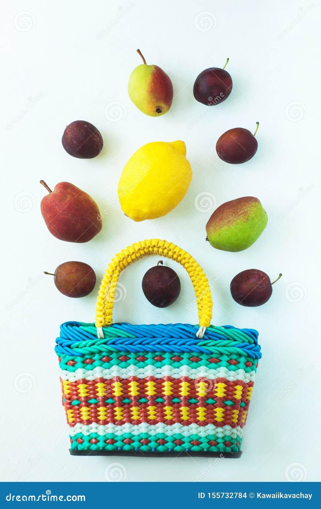 Sund mat i en korg Nollförlorat begrepp, färgrika återvinningsbara ecopåsar