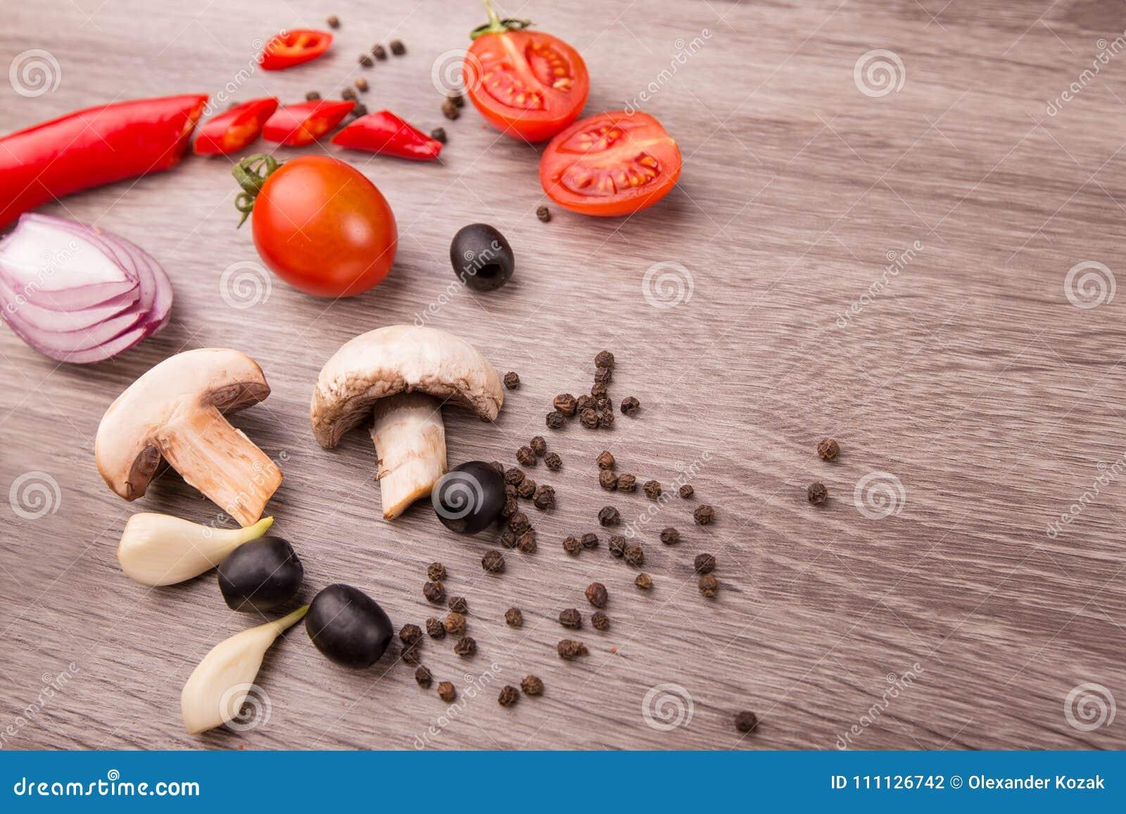 Sund matbakgrund/studiofoto av olika frukter och grönsaker på trätabellen