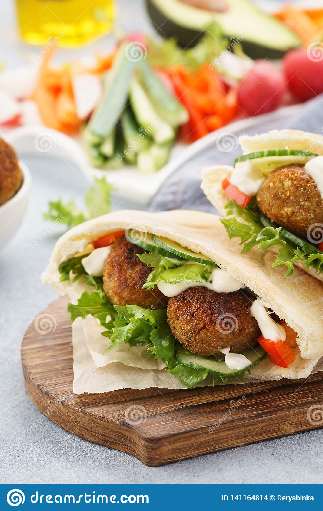 Sund vegetarisk falafelpitabröd med nya grönsaker och sås