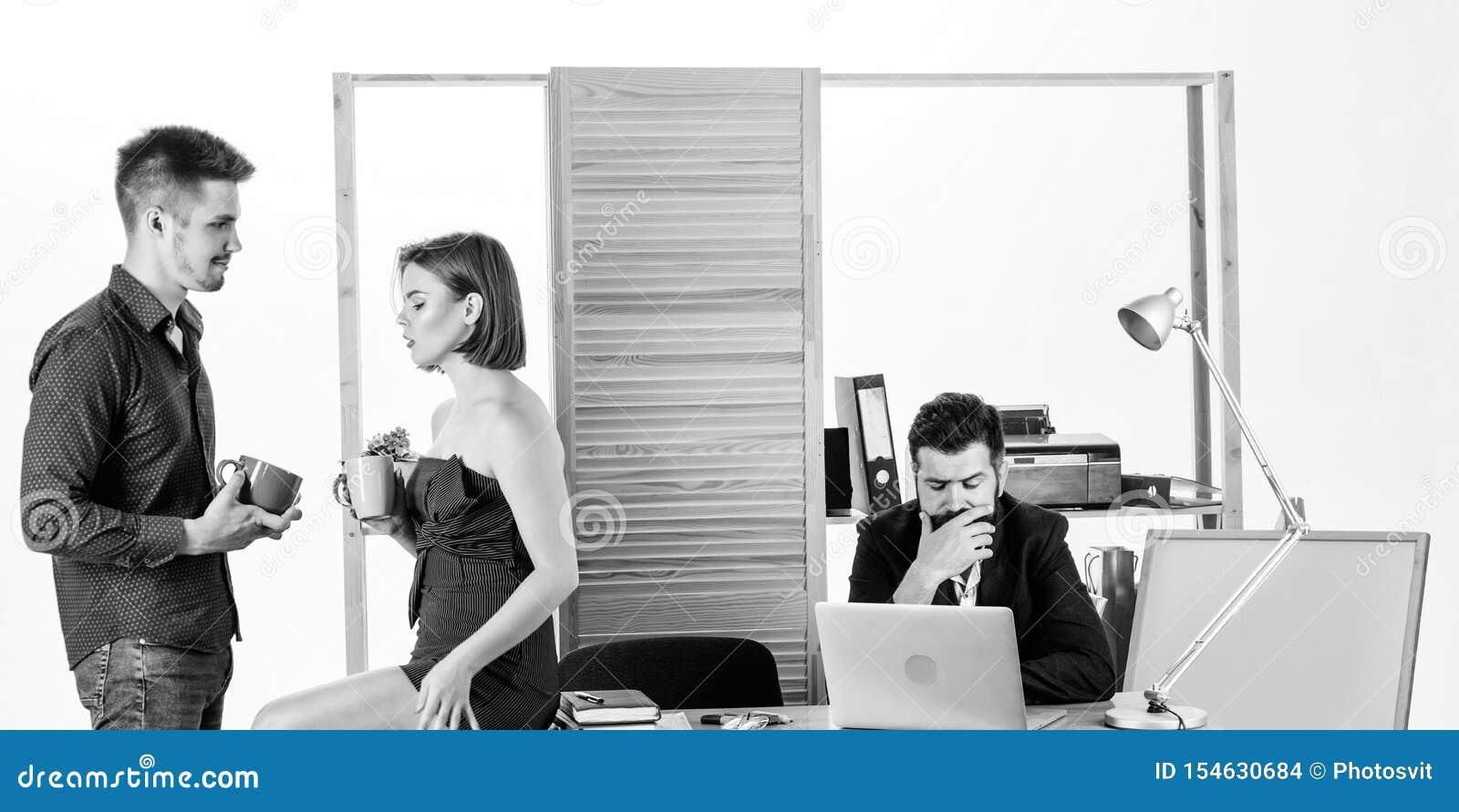 Sunda coworkers f?r frukost som tv? dricker te eller kaffe f?r unga chefer f?r frukost som talar under frukosttid