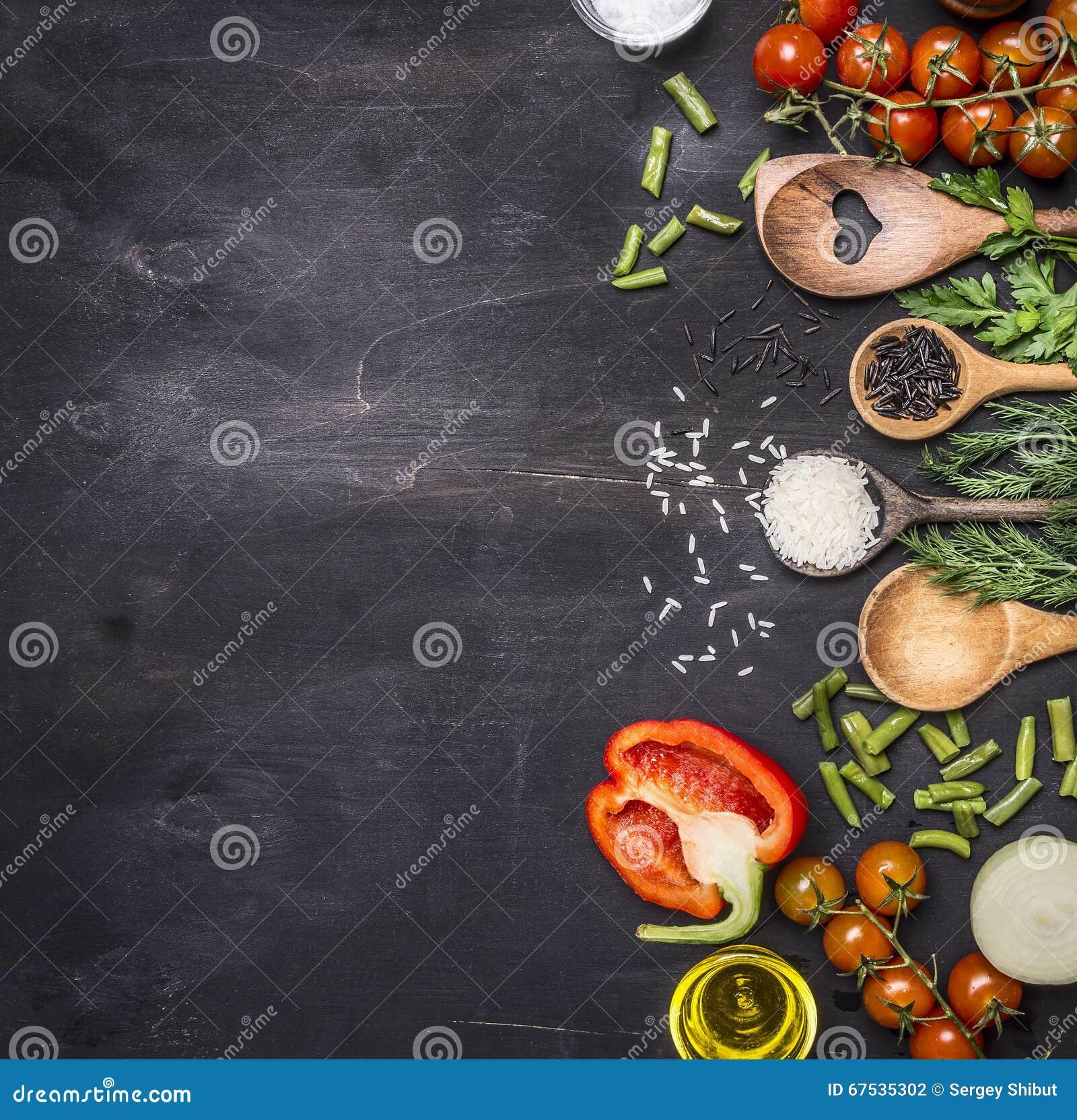 Sunda foods, matlagning och körsbärsröda tomater för vegetarianbegrepp, lösa ris, kryddor, salt gräns, ställetext på trälantligt
