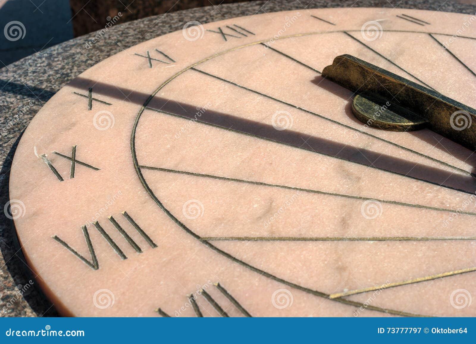 Sundial Installerat bredvid monumentet till Paul på ståtajordningen av den Gatchina slotten