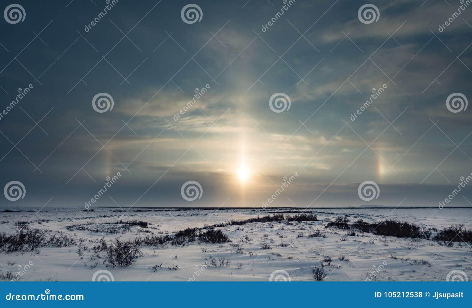 Sundog nad tundraSunset nad tundrową piękną i colourful wieczór tła zimy podróżą