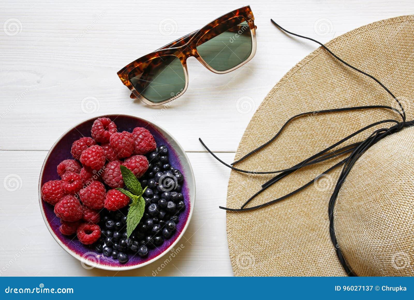 Sunglassses, słomiany kapelusz i lato świeże owoc,