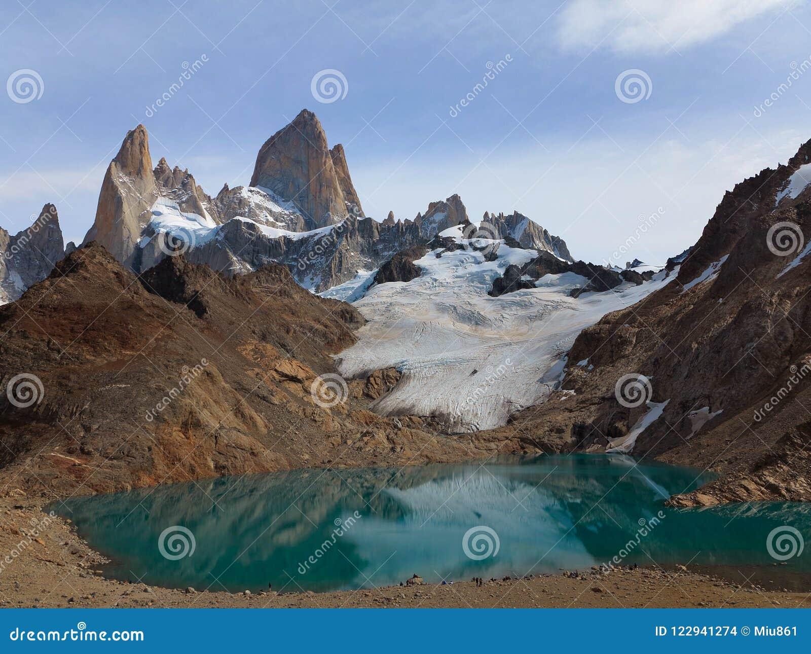 Sunny Mountains met Turkoois Meer Sneeuw die op de Helling van de Berg liggen