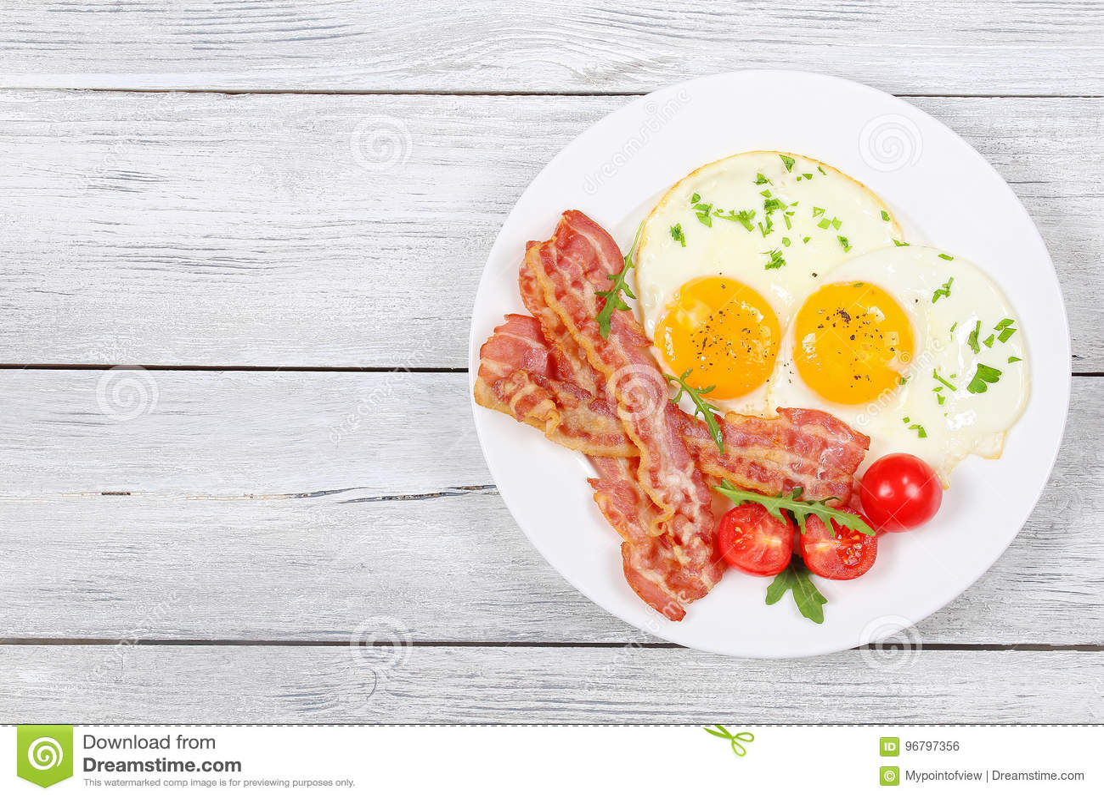 Sunny Side Up Eggs avec le lard