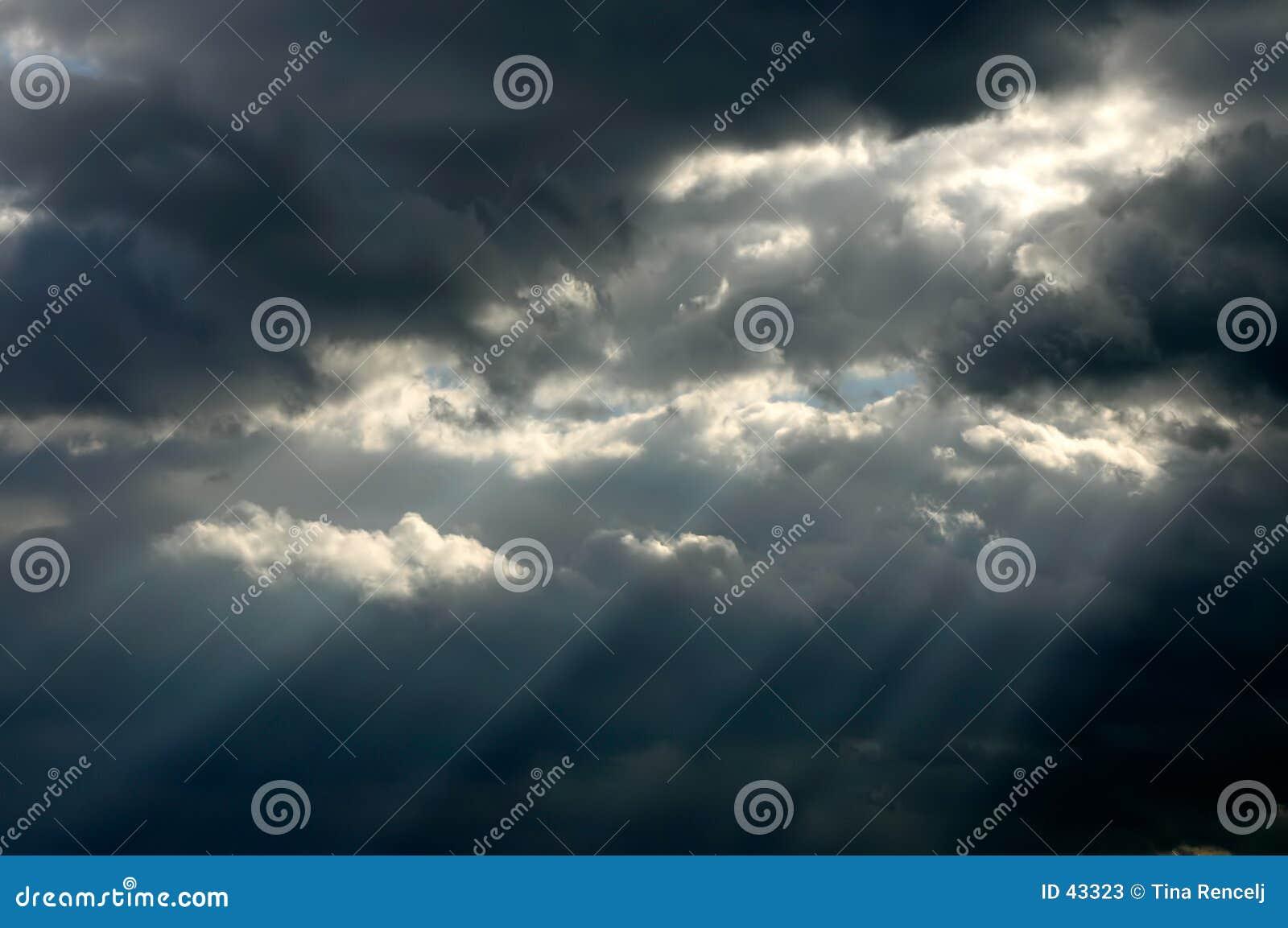 Sunrays através das nuvens de tempestade