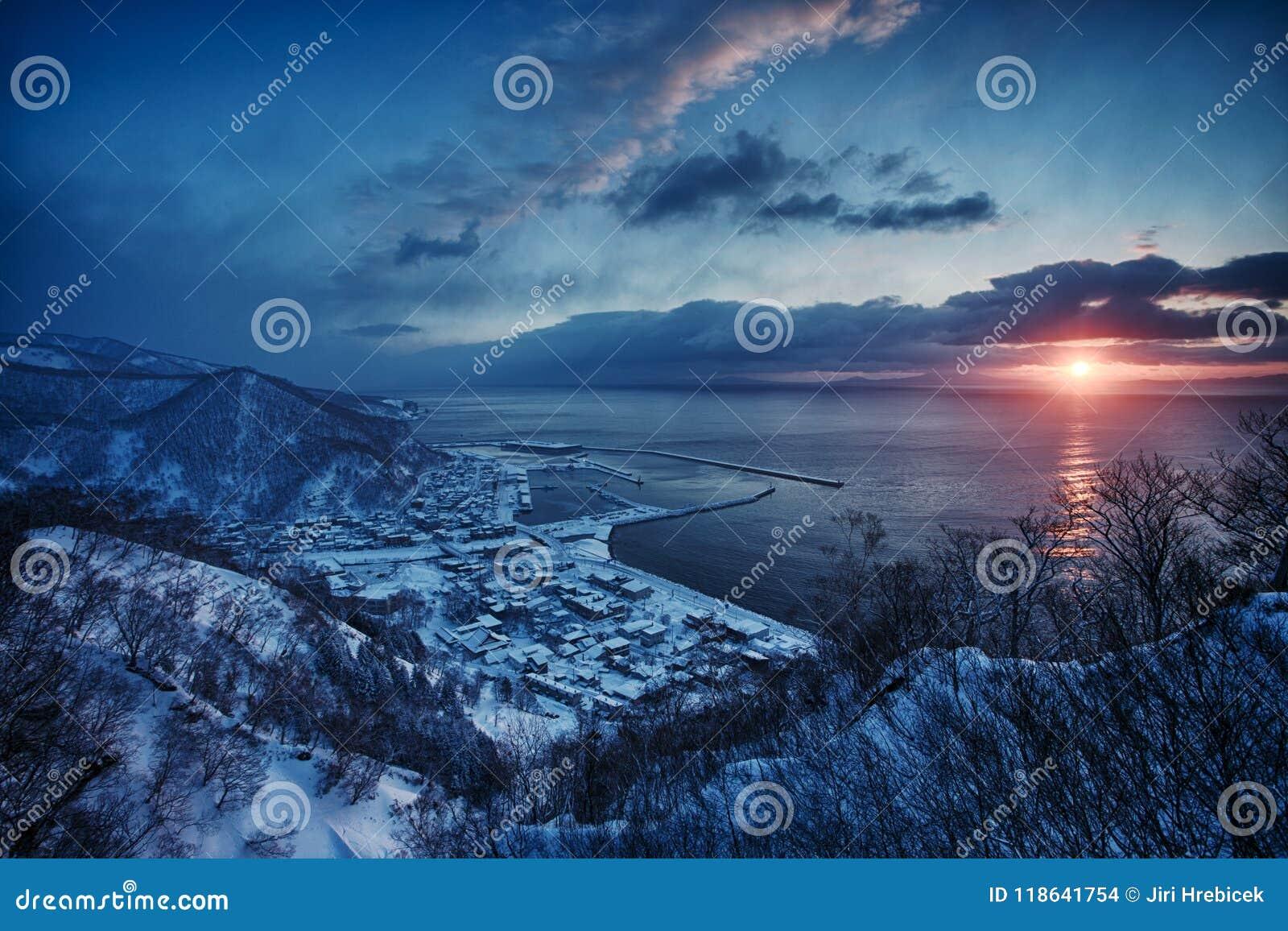 Sunrire sobre las islas de Kurril Salida del sol en Hokkaido durante invierno Paisaje hermoso de la salida del sol, Japón