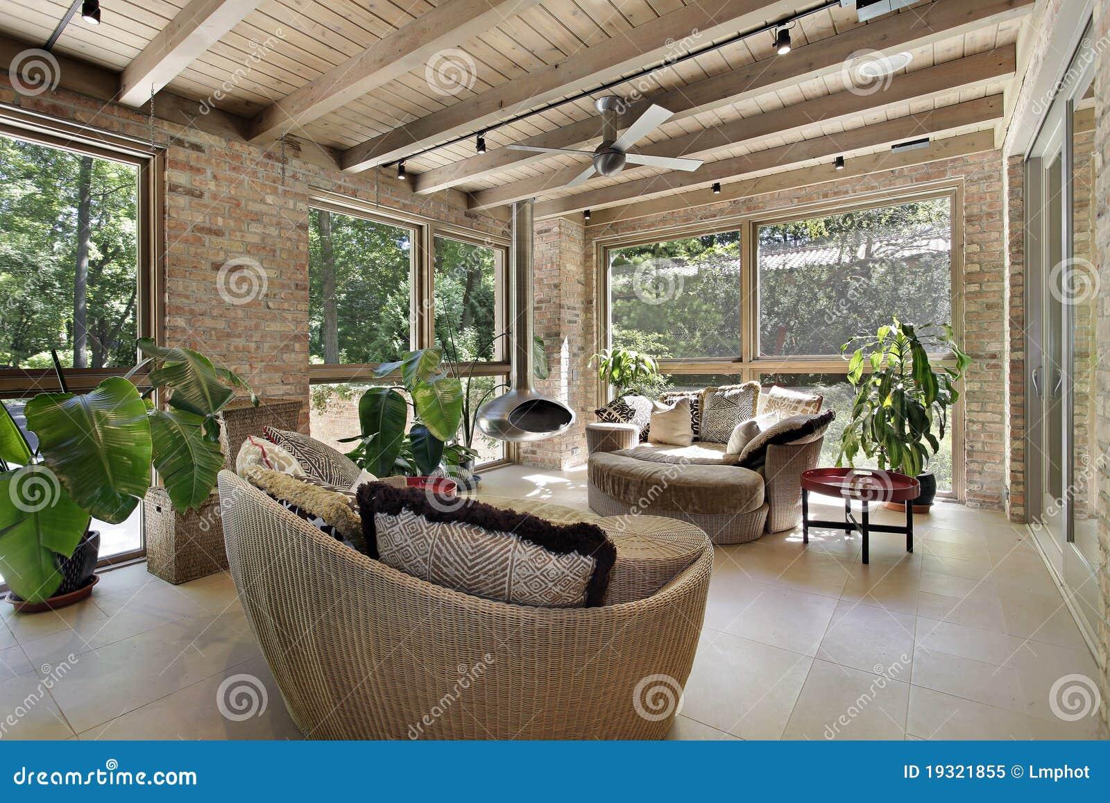 Sunroom con muebles de mimbre