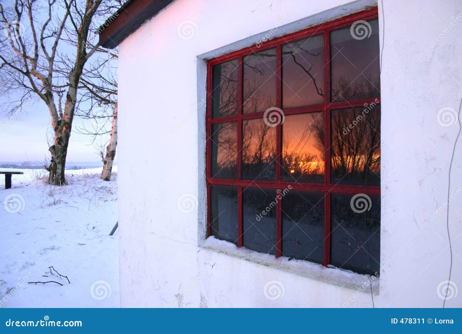 Sunset oknem zimy.
