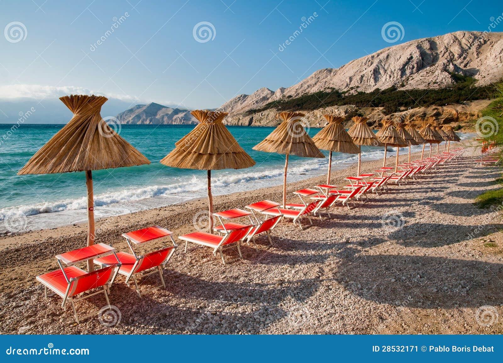 Sunshades en oranje ligstoelen op strand in baska kroati stock afbeelding afbeelding 28532171 - Ligstoelen en merisier ...