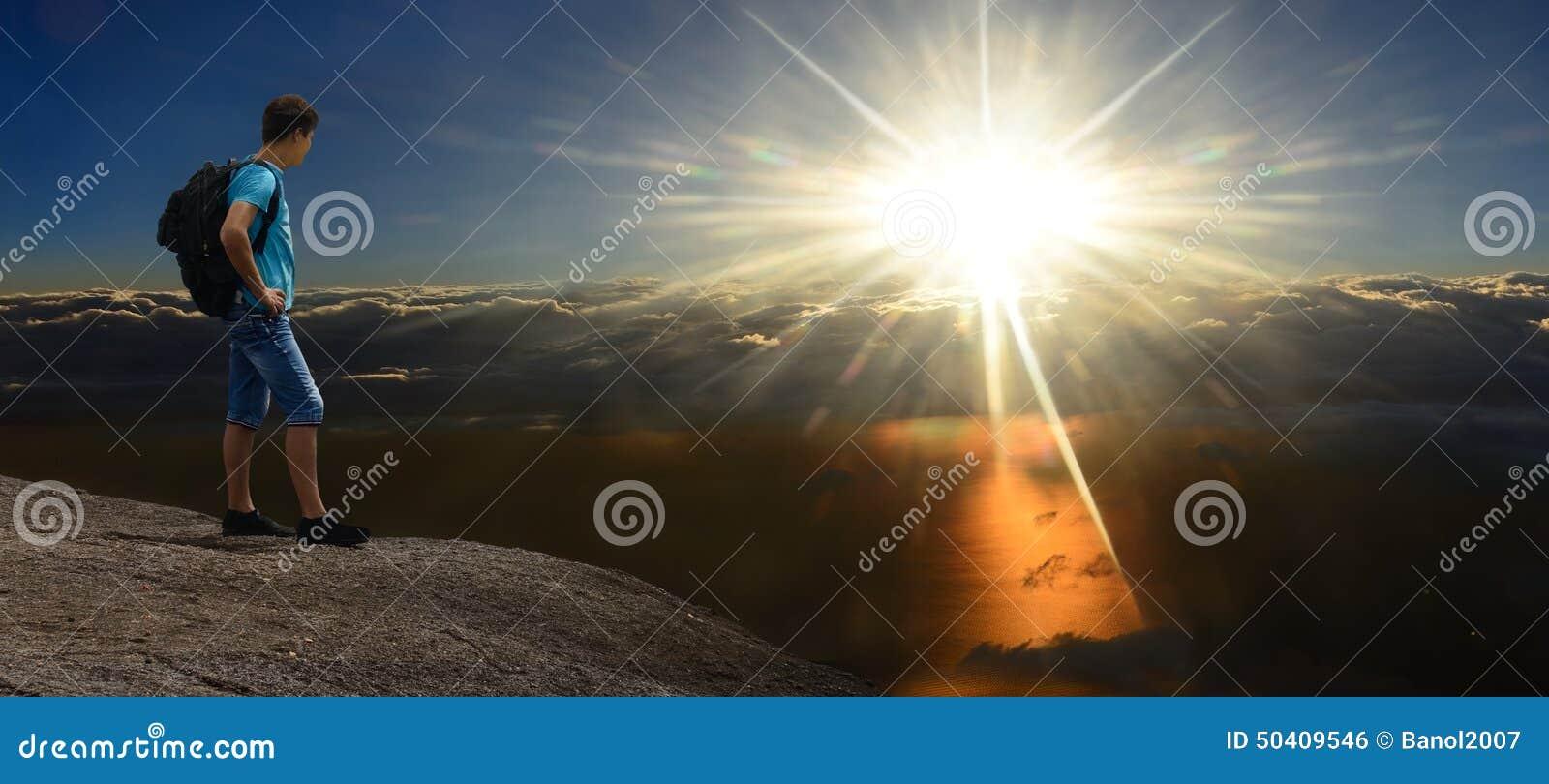 Sunshining的岩石的人在风雨如磐的云彩上
