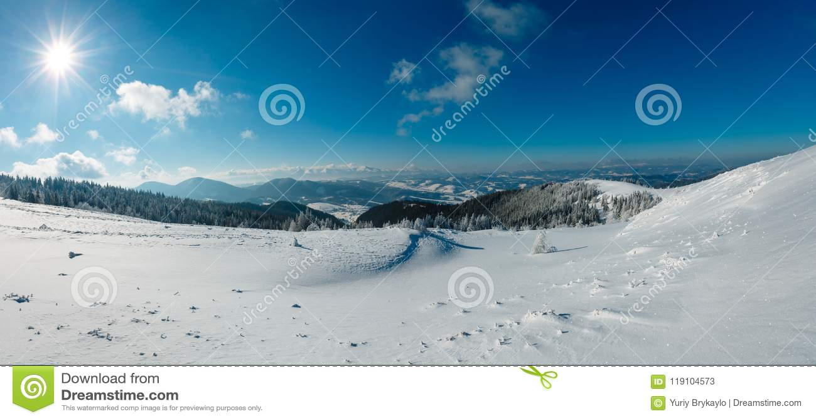 Sunshiny Wintergebirgsschneebedeckte Landschaft