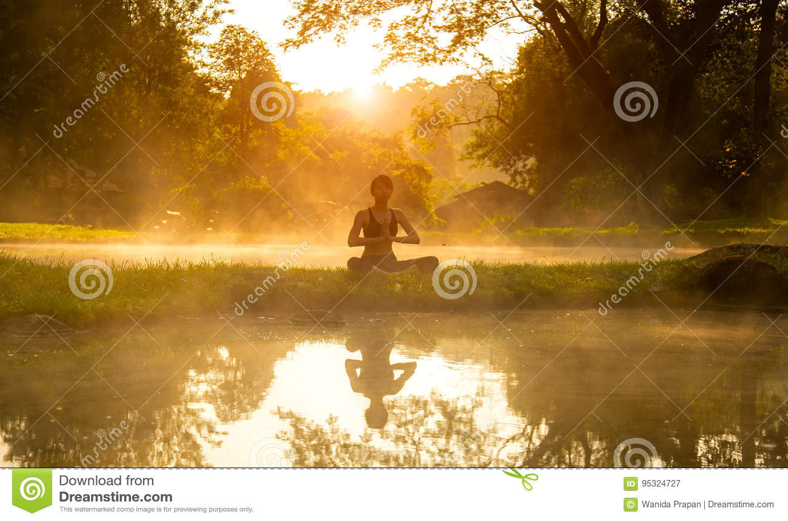 Sunt öva för kvinnalivsstil som är livsviktigt mediterar, och energiyoga i morgon vårnaturbakgrunden