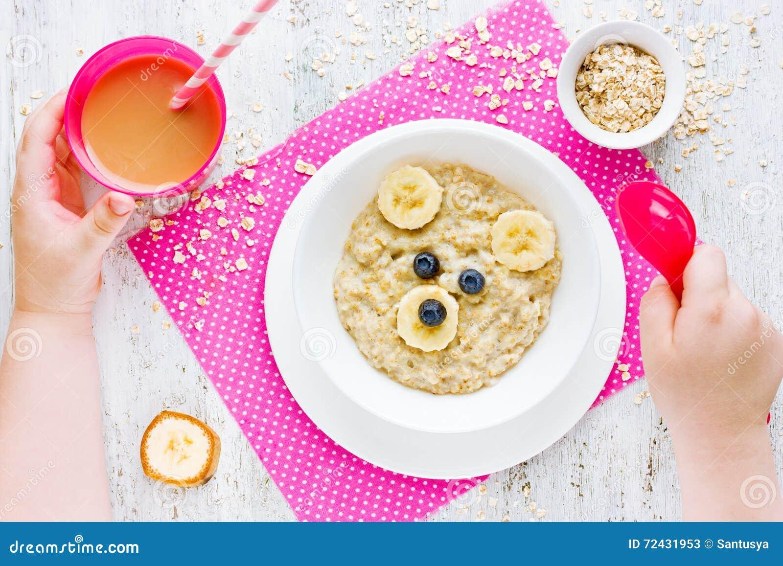 Sunt behandla som ett barn frukosten - havremjölhavregröt med frukt Morgondi