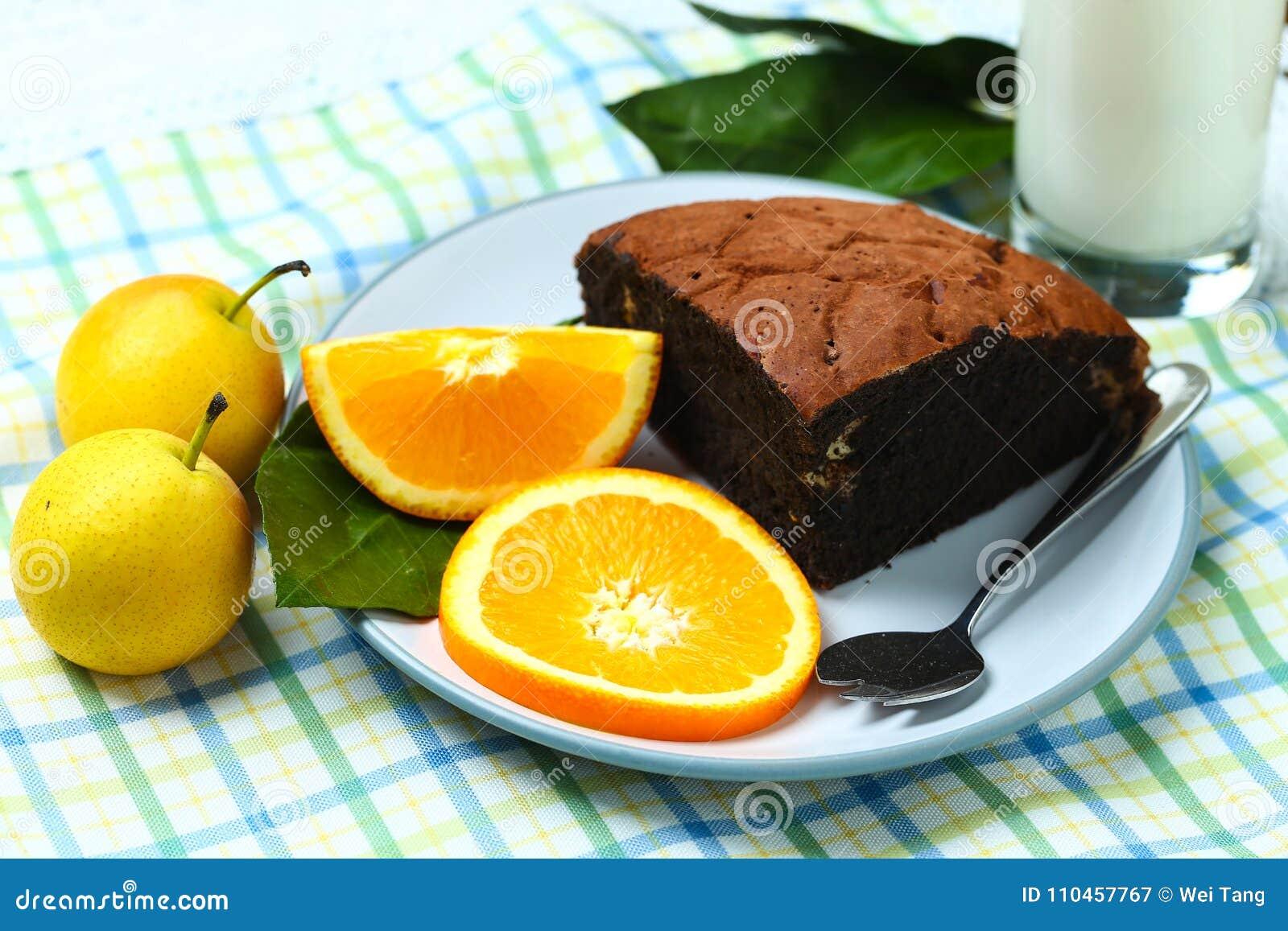 Sunt frukostfruktbröd och mjölkar