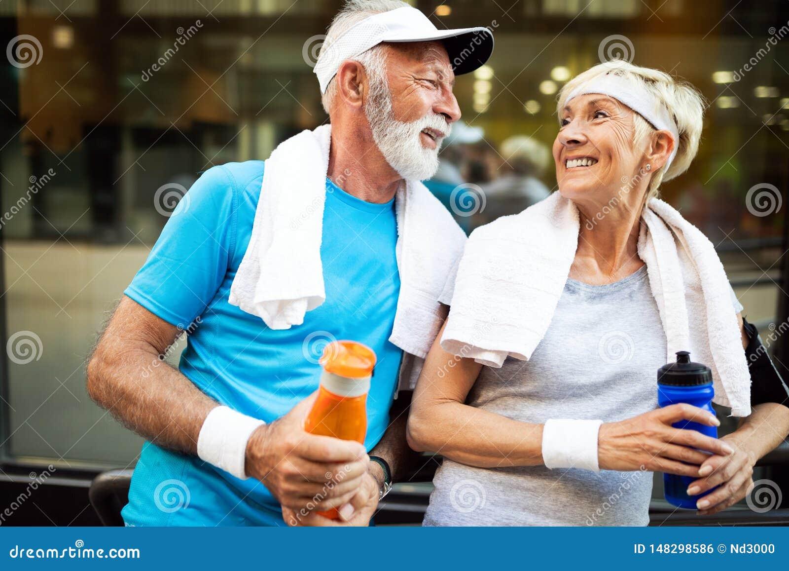 Sunt h?gt, par som joggar i staden p? ottan med soluppg?ng