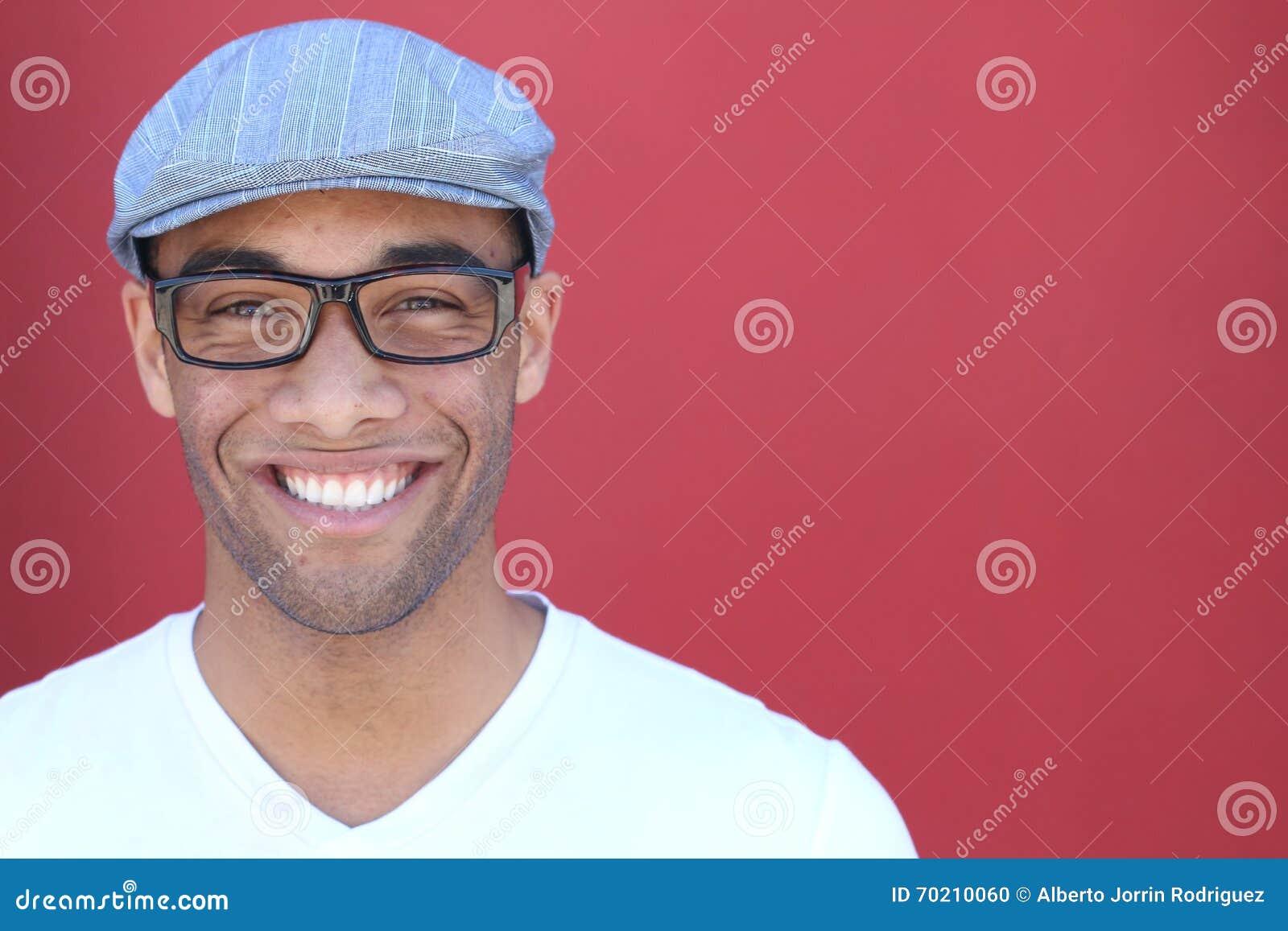 Sunt leende tänder som whitening Härligt le ståendeslut för ung man upp Över modern röd bakgrund skratta för affärsman
