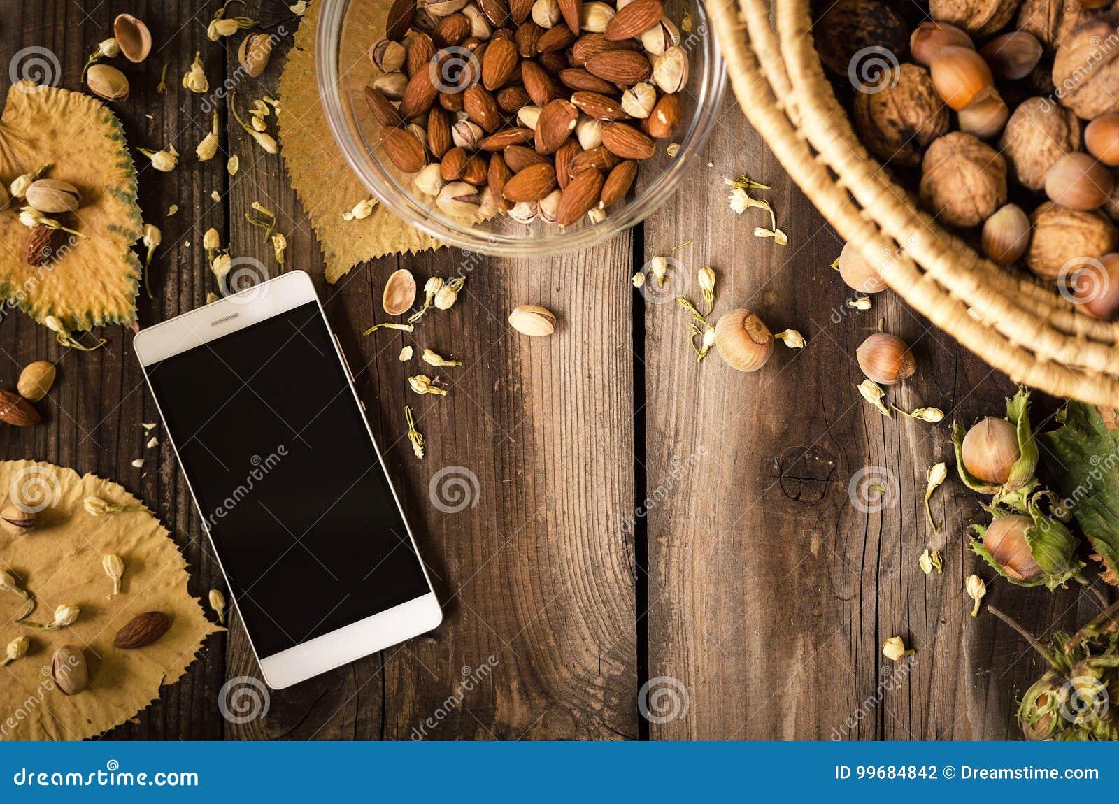 Sunt mellanmål med mobiltelefonen på den lantliga tabellen inomhus på höst
