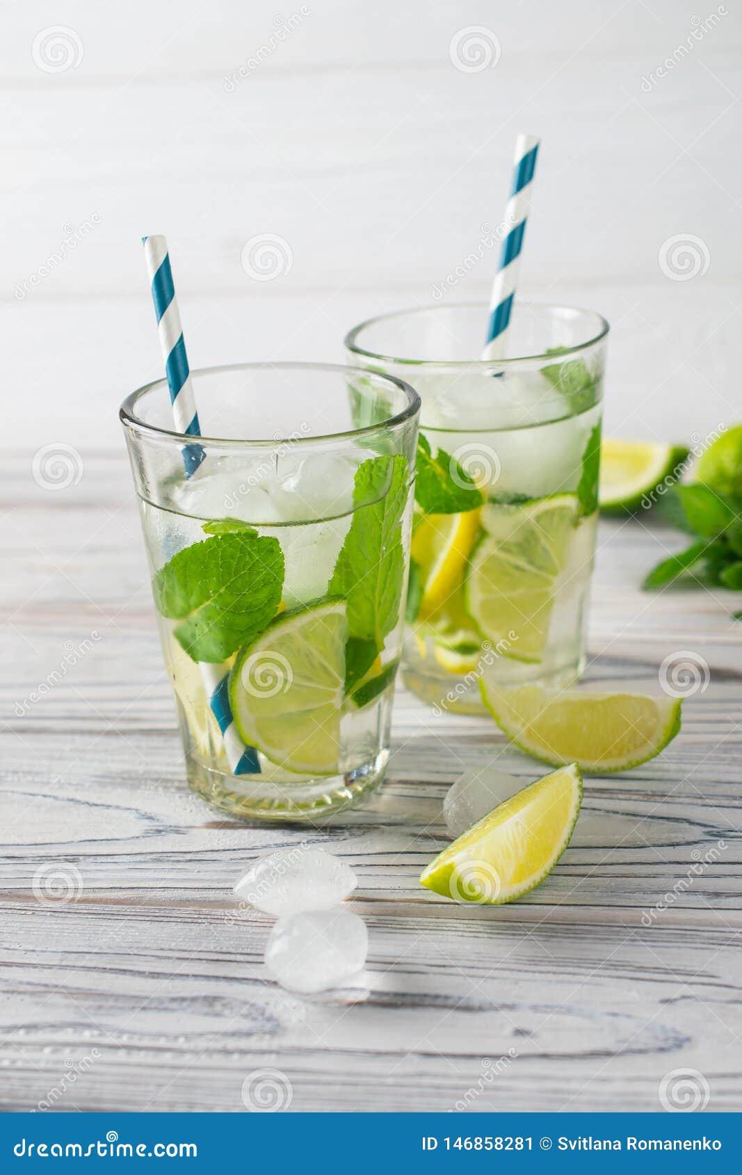 Sunt organiskt uppfriskande vatten f?r sommardetox med citronen, limefrukt och mintkaramellen