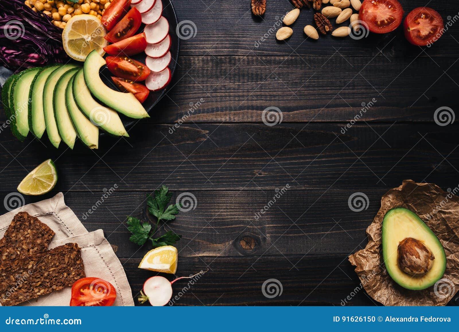 Sunt strikt vegetarianmatbegrepp Sund mat med grönsaker och bröd för helt vete på den träbästa sikten för tabell kopiera avstånd