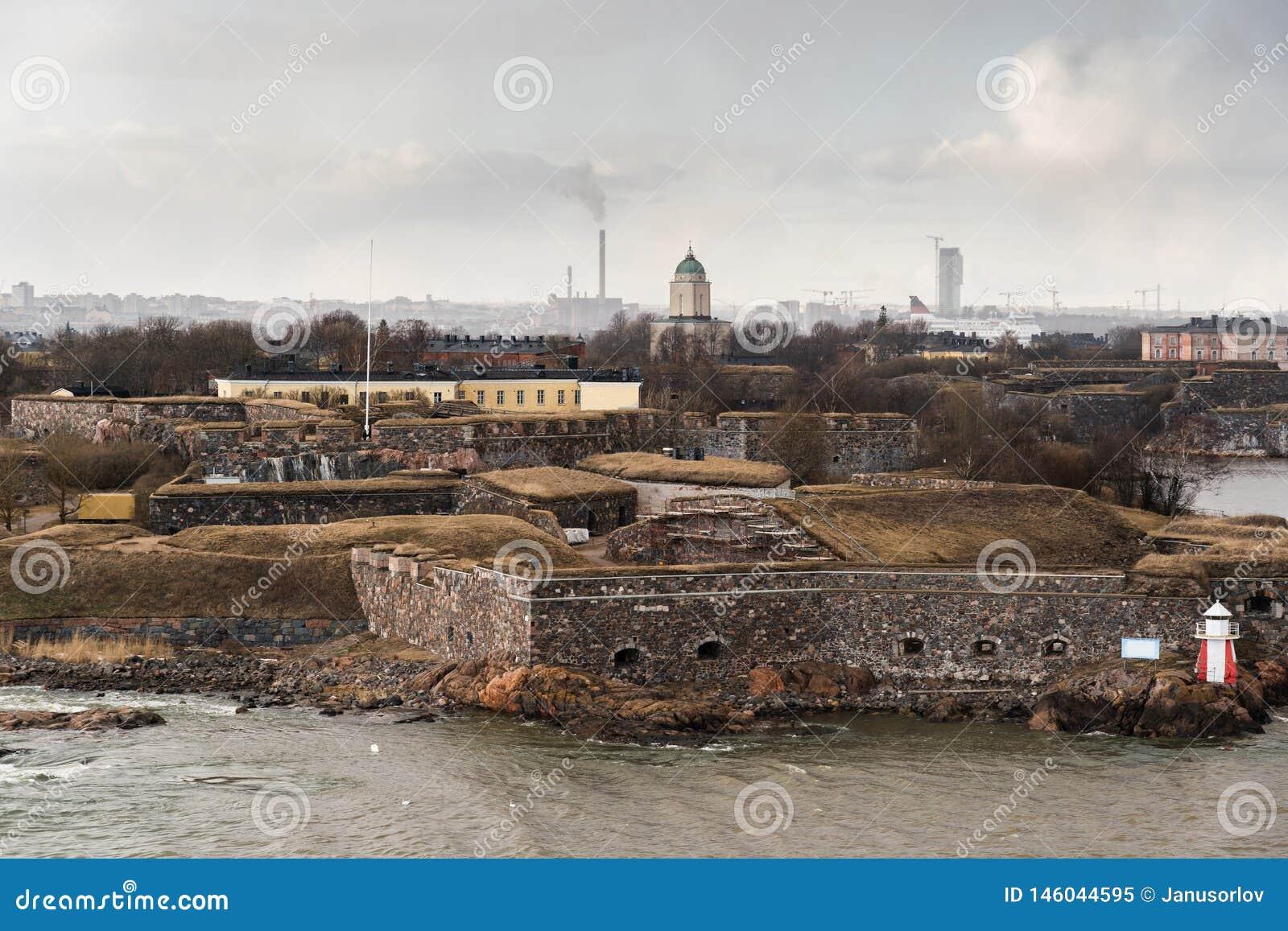 Suomenlinna ist die Festung außerhalb Helsinkis mit der Stadt, die im Hintergrund, Finnland gesehen wird