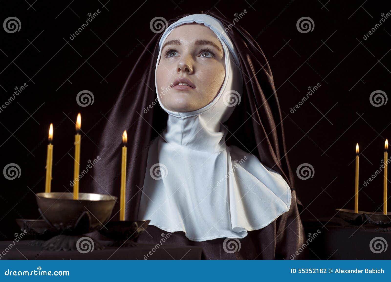Suora con le candele