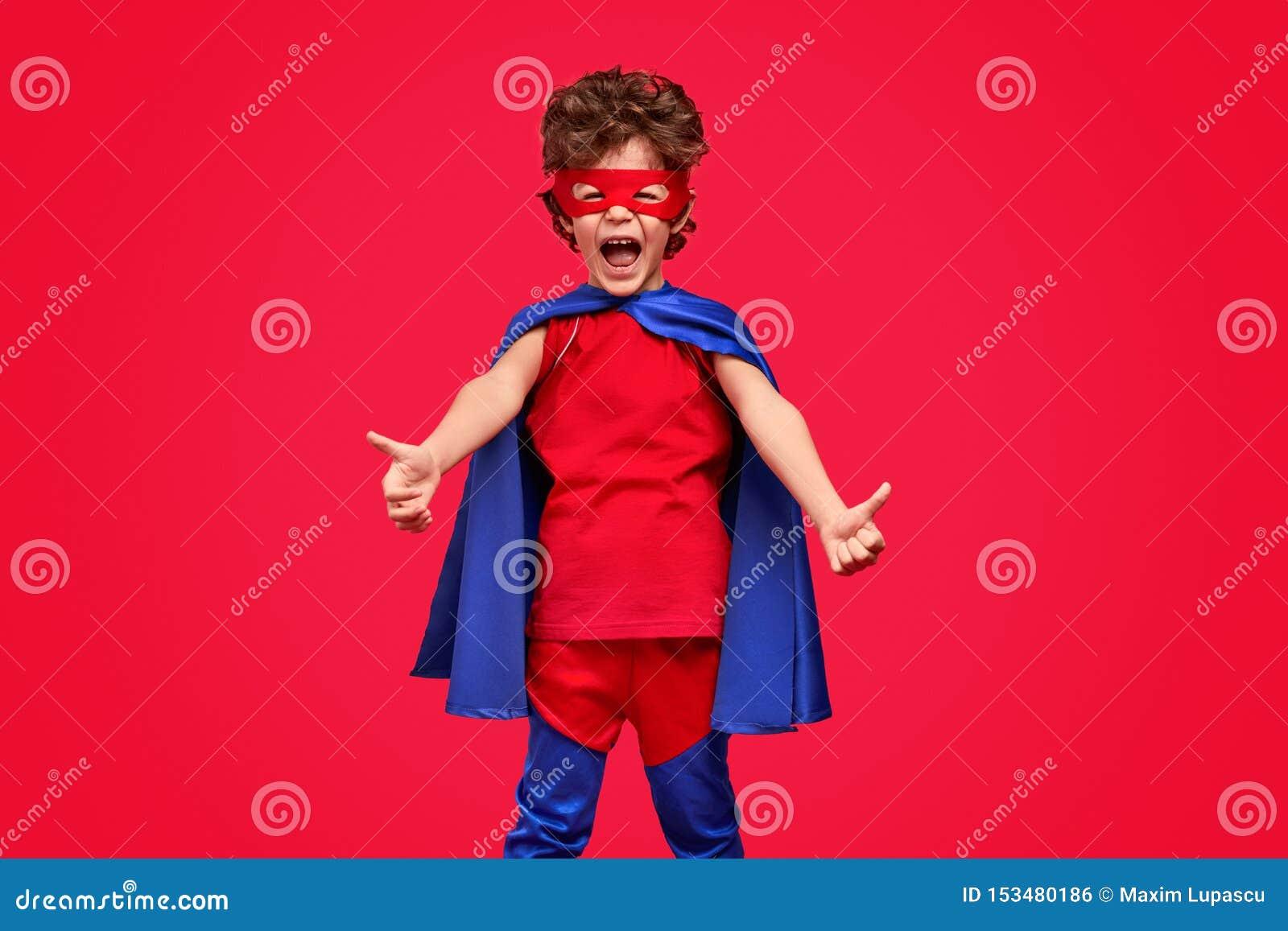 Super-herói pequeno que gesticula os polegares acima