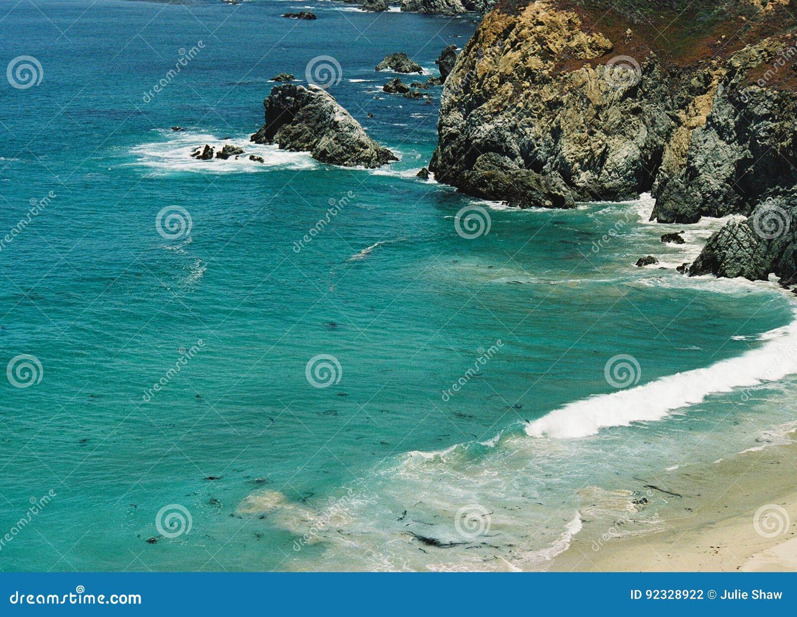 Super niewygładzona skalista Duża Sura Kalifornia błękitnej zieleni oceanu linia brzegowa