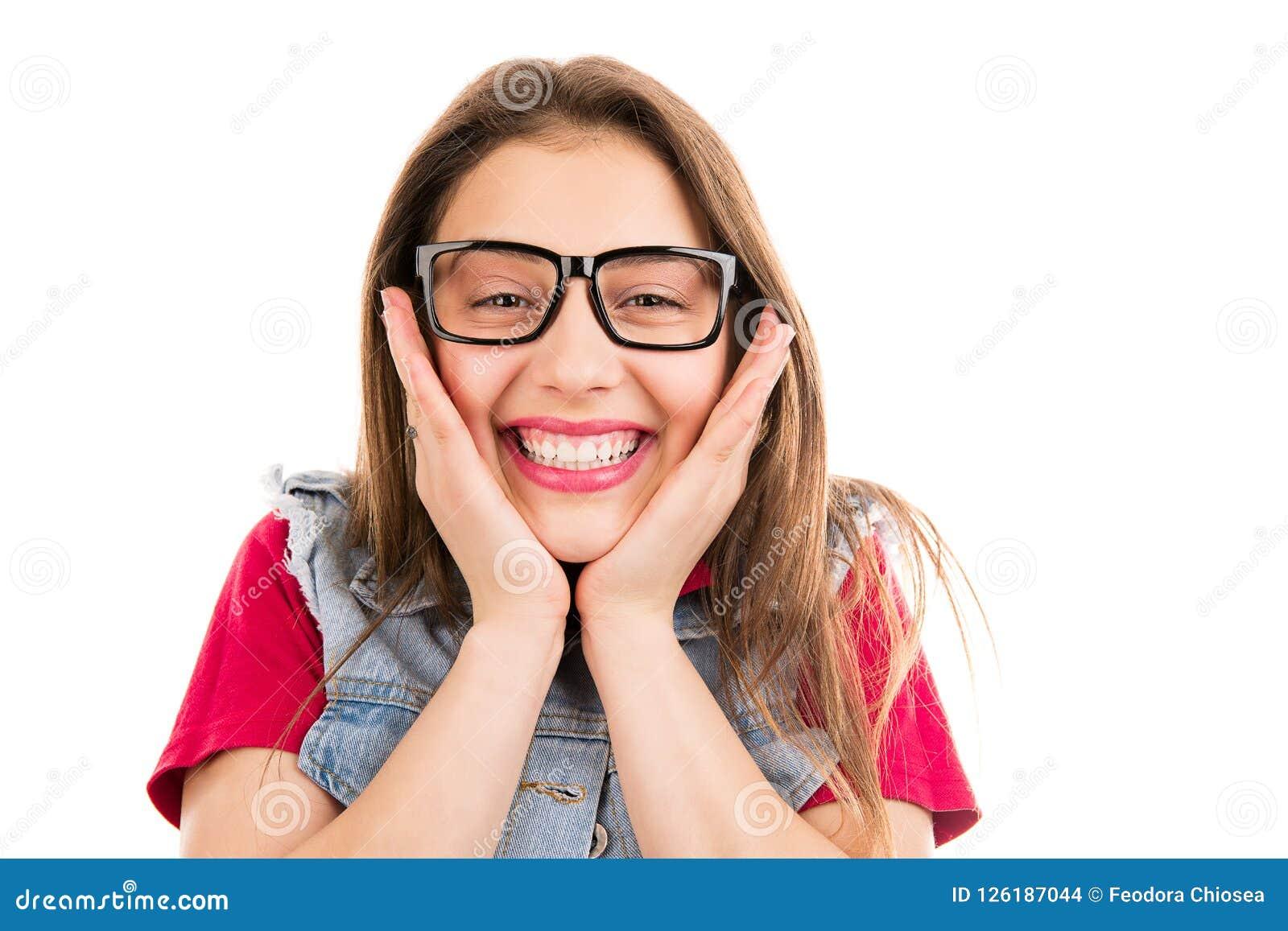 Super opgewekte heldere vrouw die bij camera glimlachen