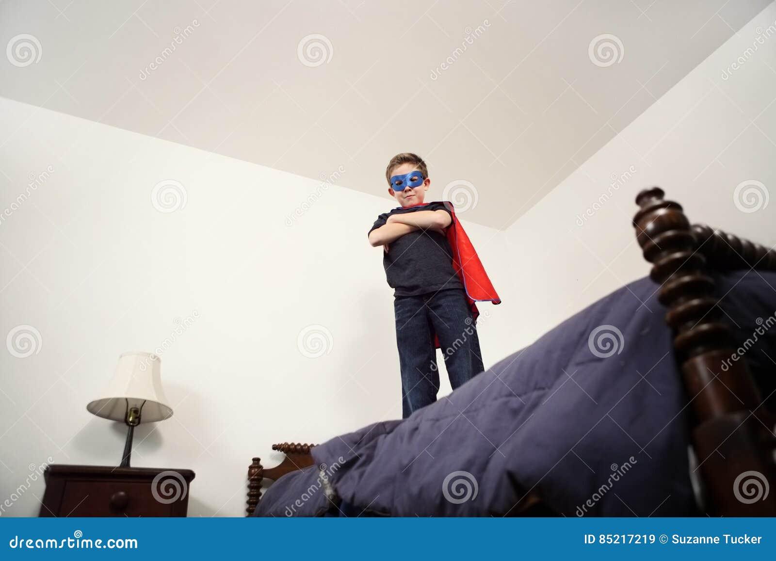 Supereroe del ragazzo sul letto