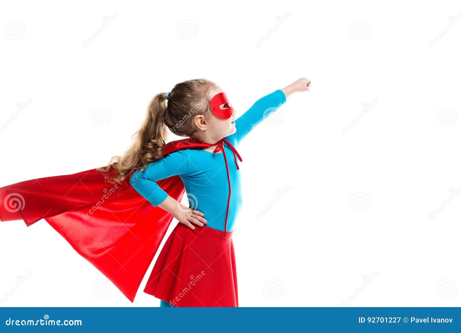 Supereroe della bambina in un mantello ed in una maschera rossi isolati su fondo bianco