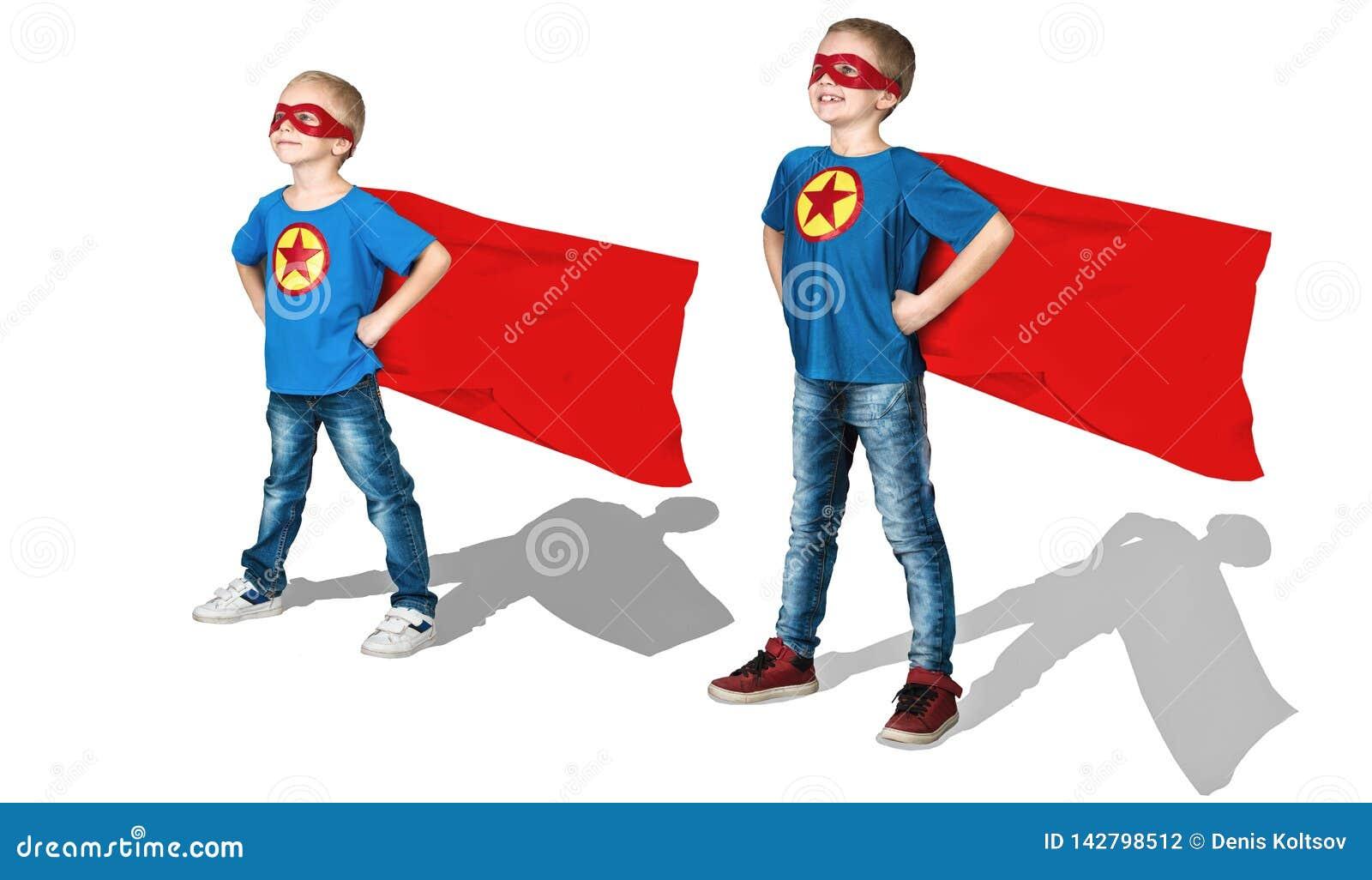 Supereroi del gruppo Ritratto dell ragazzi in costumi di un supereroe isolati su fondo bianco