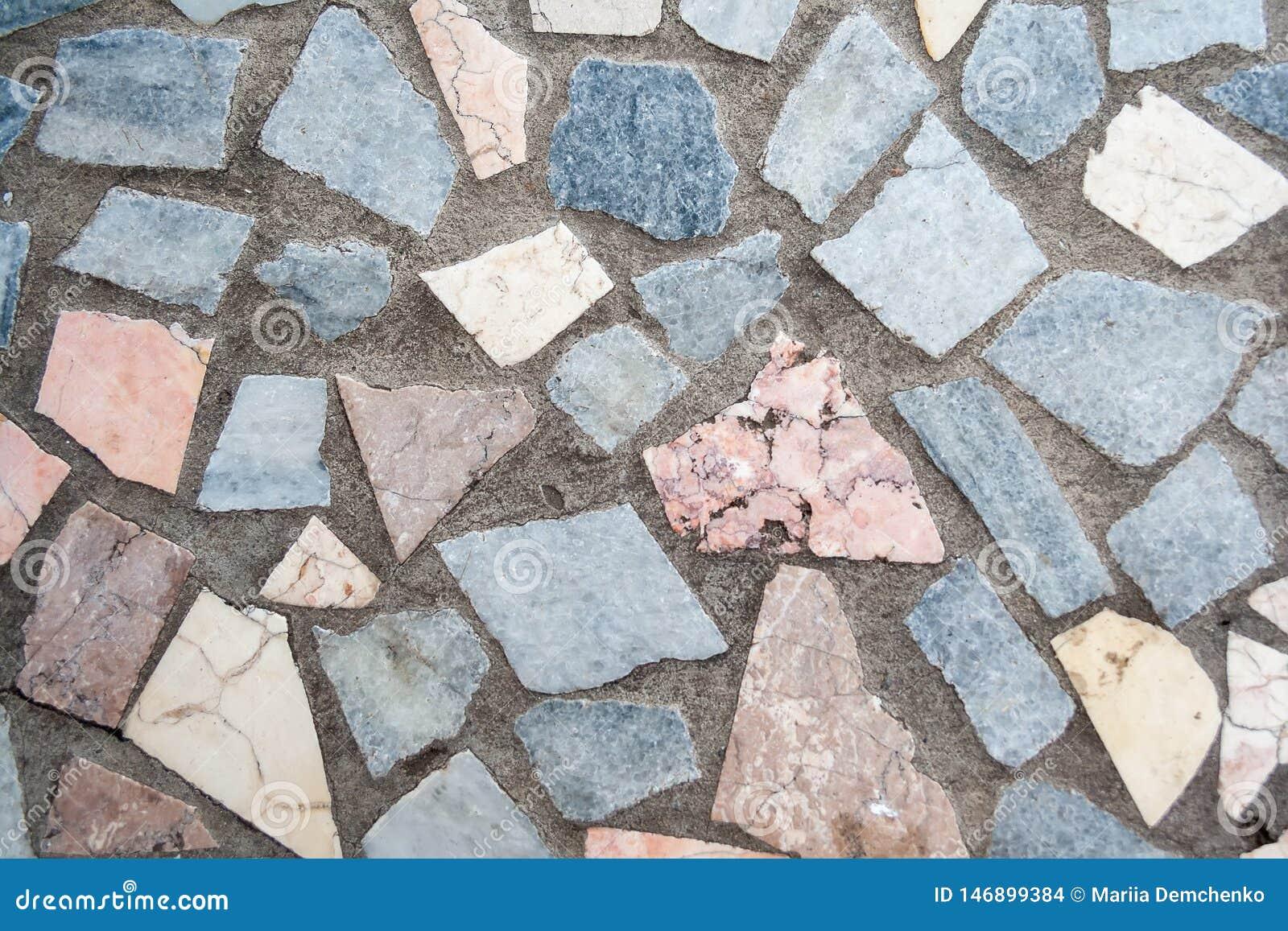 Superf?cie concreta com os remendos m?ltiplos de grandes pedras coloridas