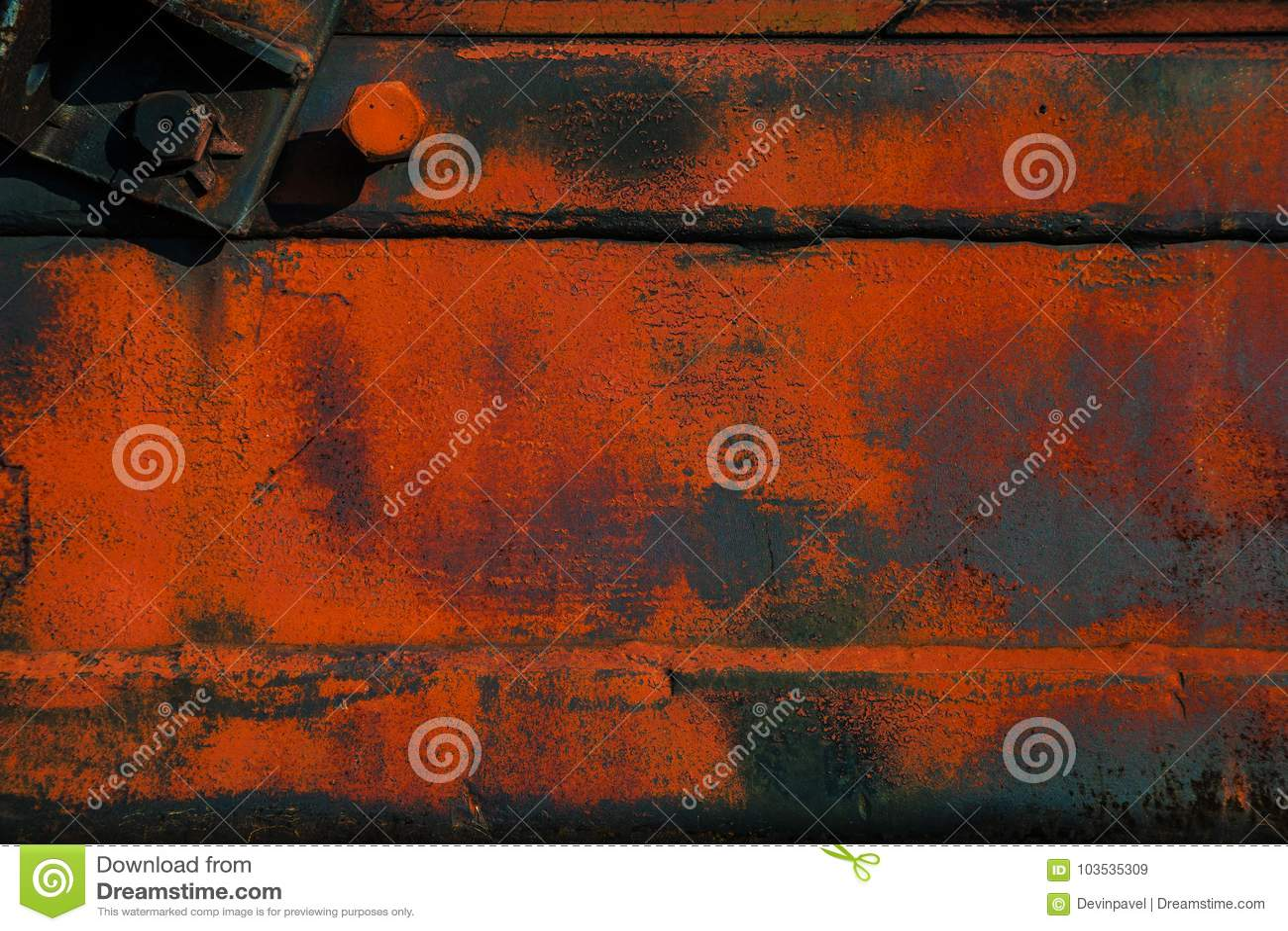 Superficie di metallo approssimativa con ruggine e pittura arancio