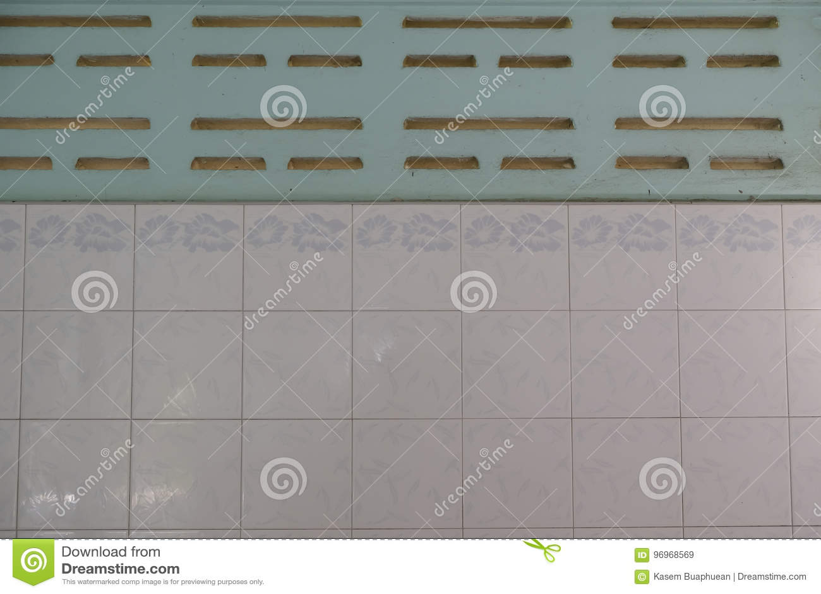 Superficie piastrellata nelle piastrelle di ceramica bianche della