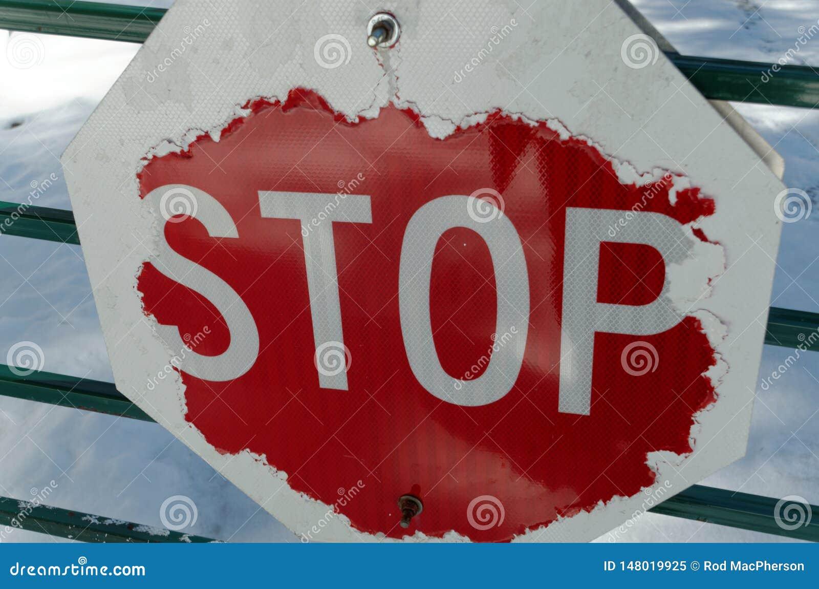Superficiel par les agents et porté arrêtez le signe