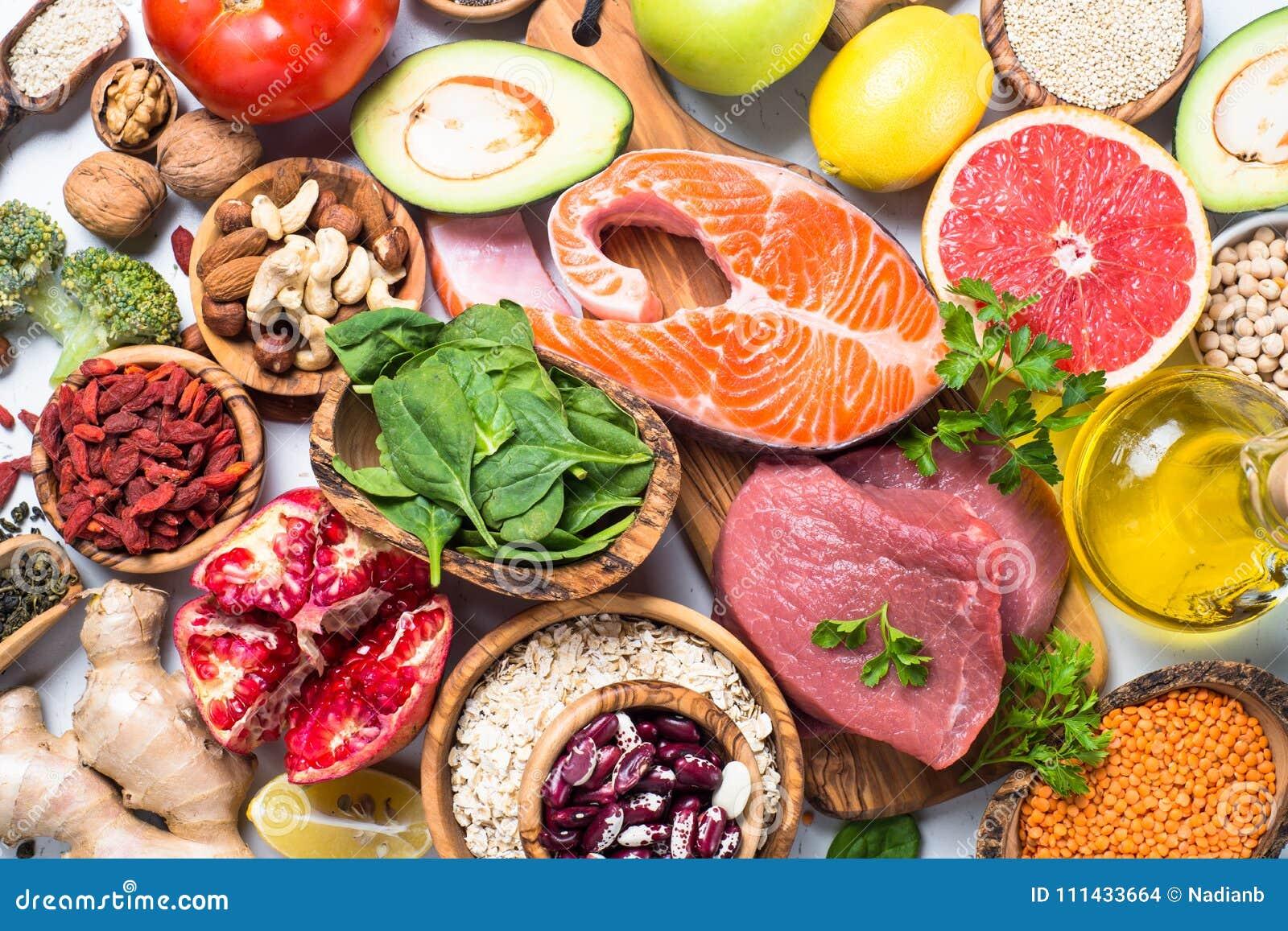 Superfoods en el fondo blanco Nutrición sana