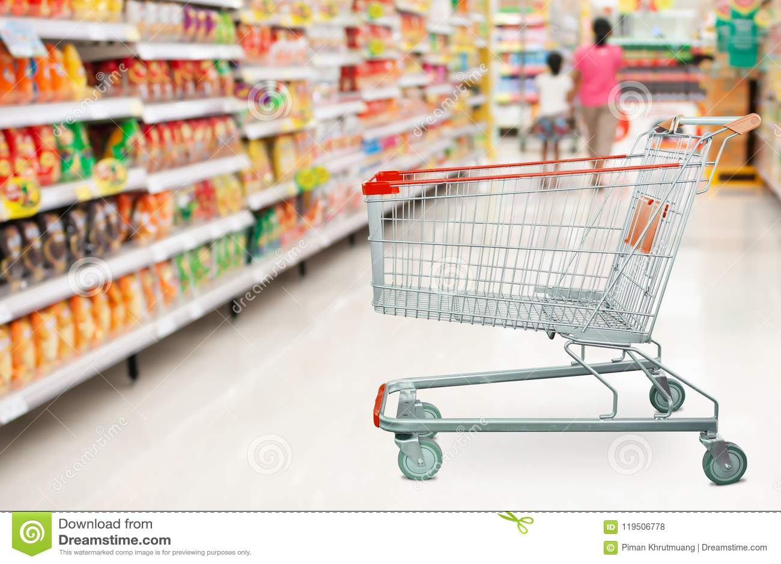 Supermarket nawa z pustym wózek na zakupy przy sklepem spożywczym