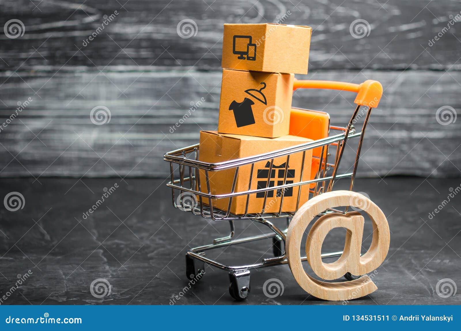 Supermarktkar met dozen, koopwaar: het concept het kopen van en het verkopen van goederen en diensten, Internet-handel die, onlin