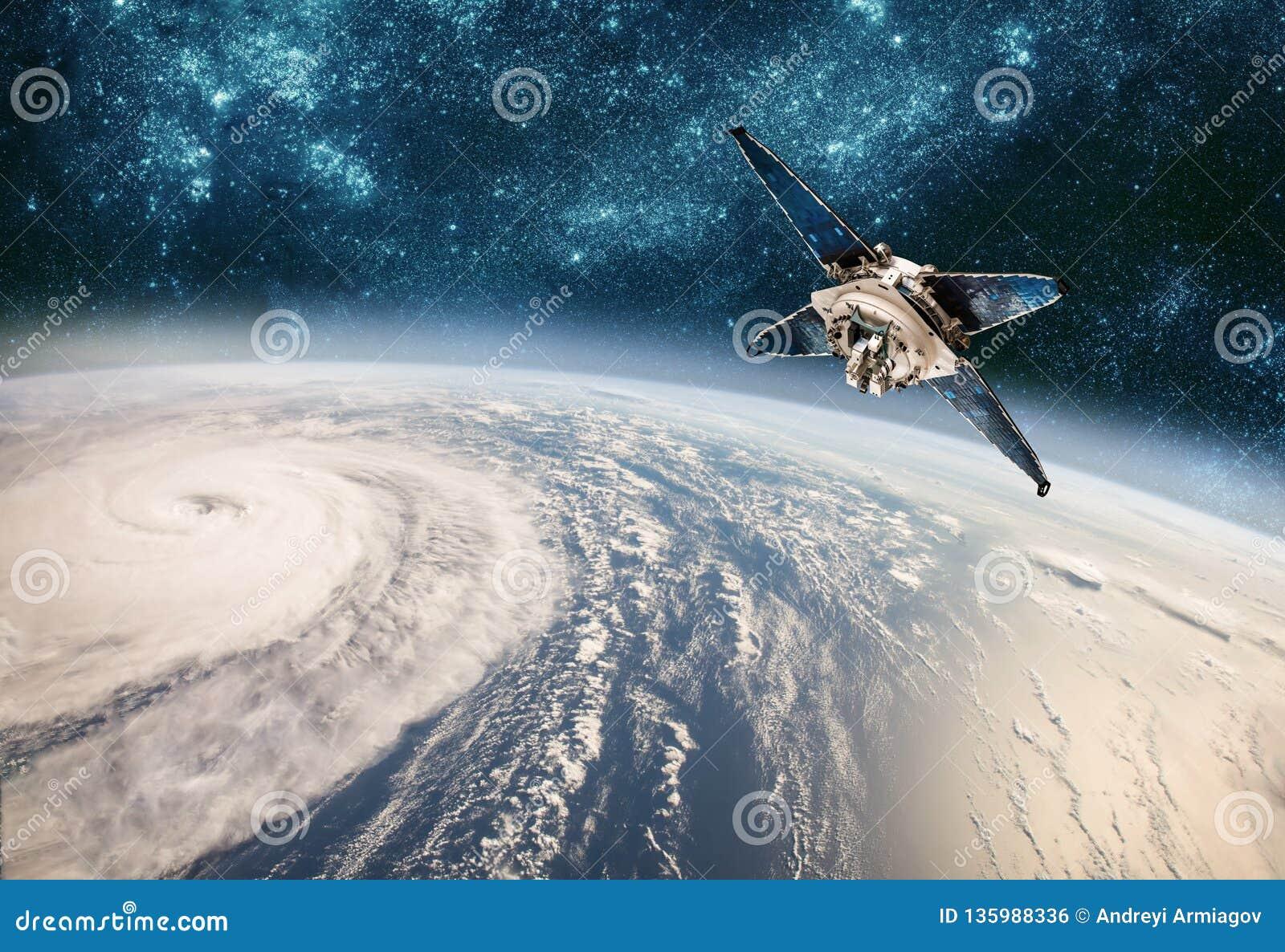 Supervisión por satélite del espacio del tiempo de la órbita terrestre del espacio, huracán, tifón en la tierra del planeta