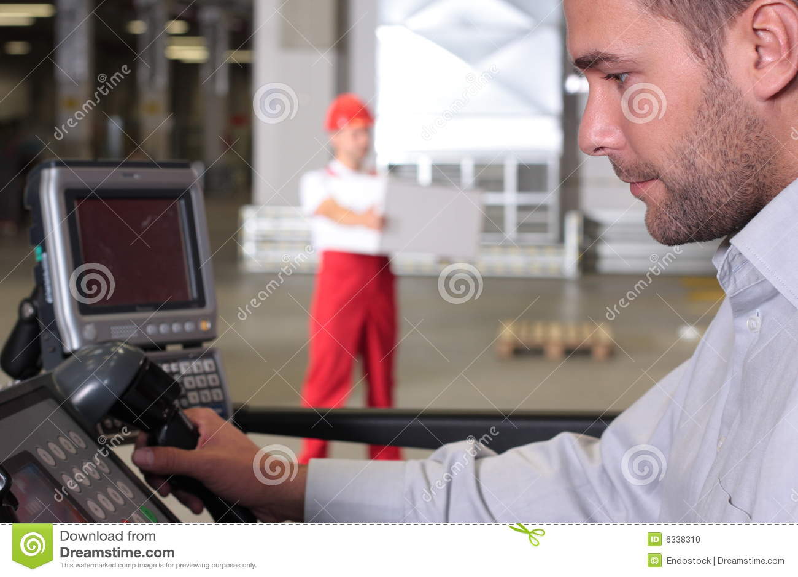 Supervisor bij controlebord in fabriek