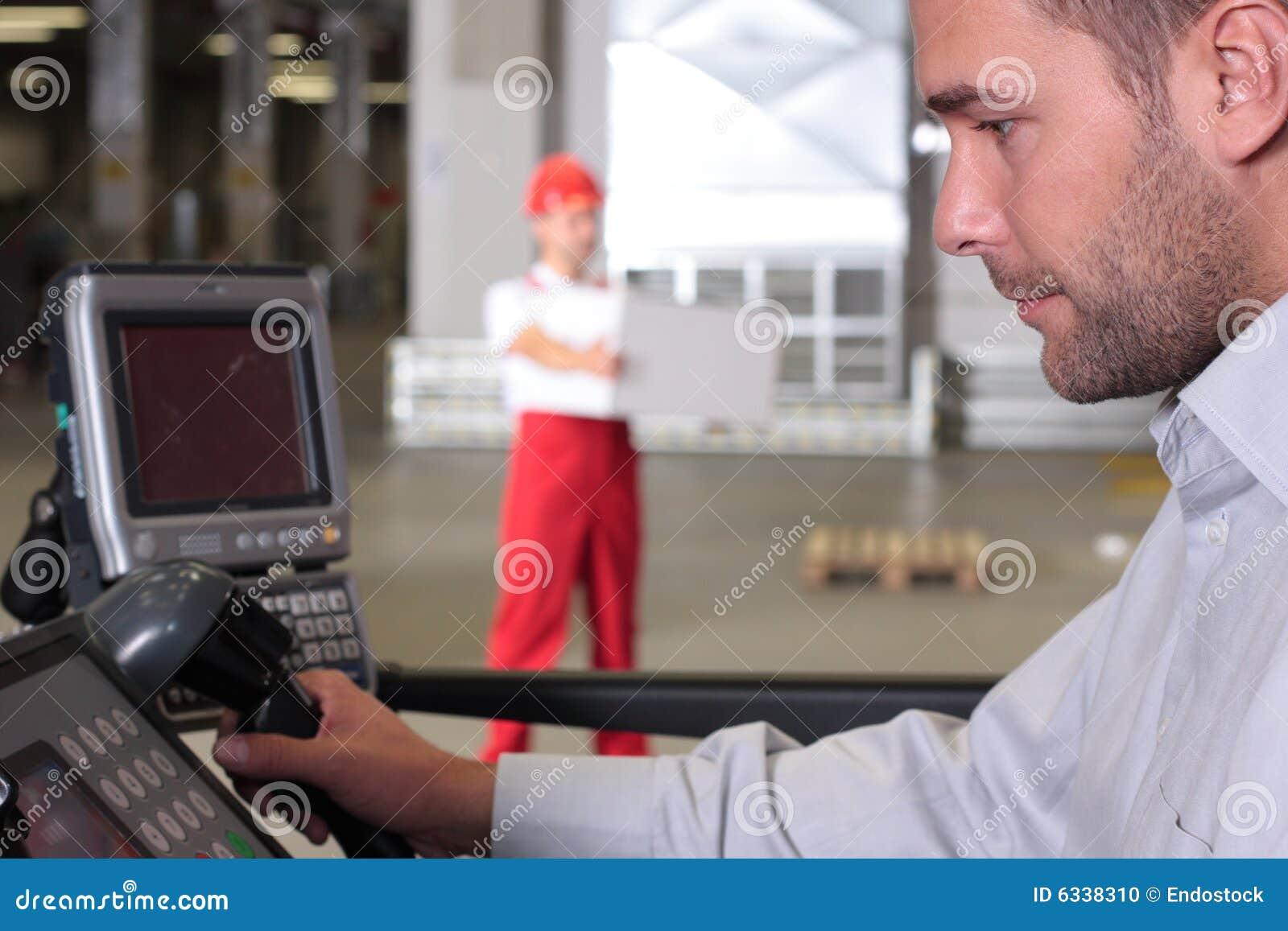 Supervisor no painel de controle na fábrica