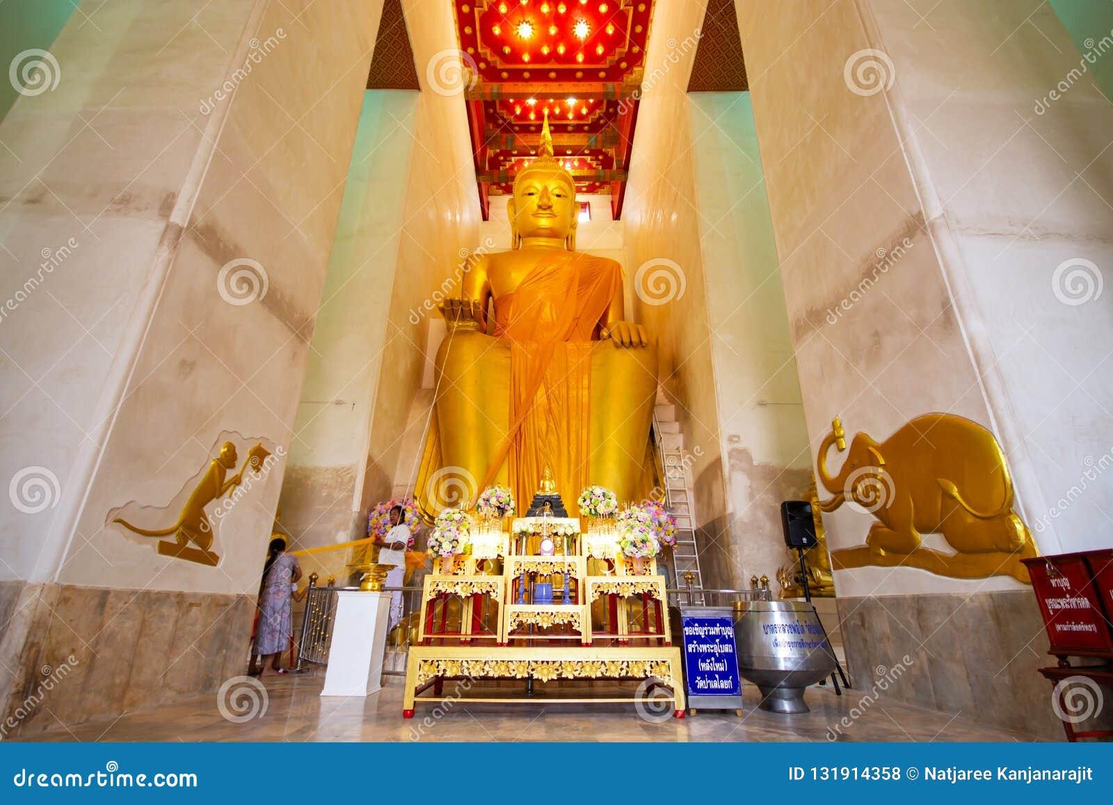 SUPHANBURI, TAILANDIA - 1 DE OCTUBRE DE 2018: Estatua de oro grande de Buda