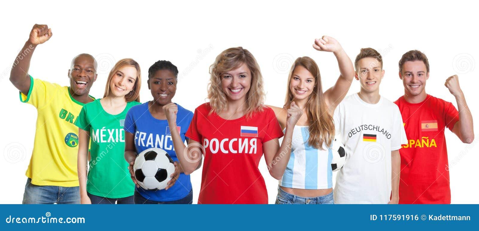 Suporte Cheering do futebol do russo com os fãs de outros países