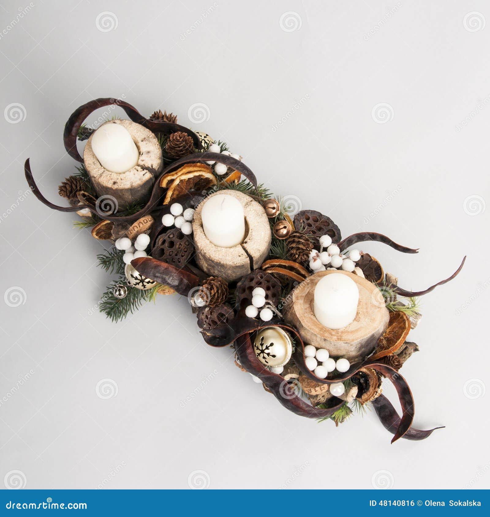 Suporte de madeira do natal com velas e decora es foto de - Decorazioni natalizie con il legno ...