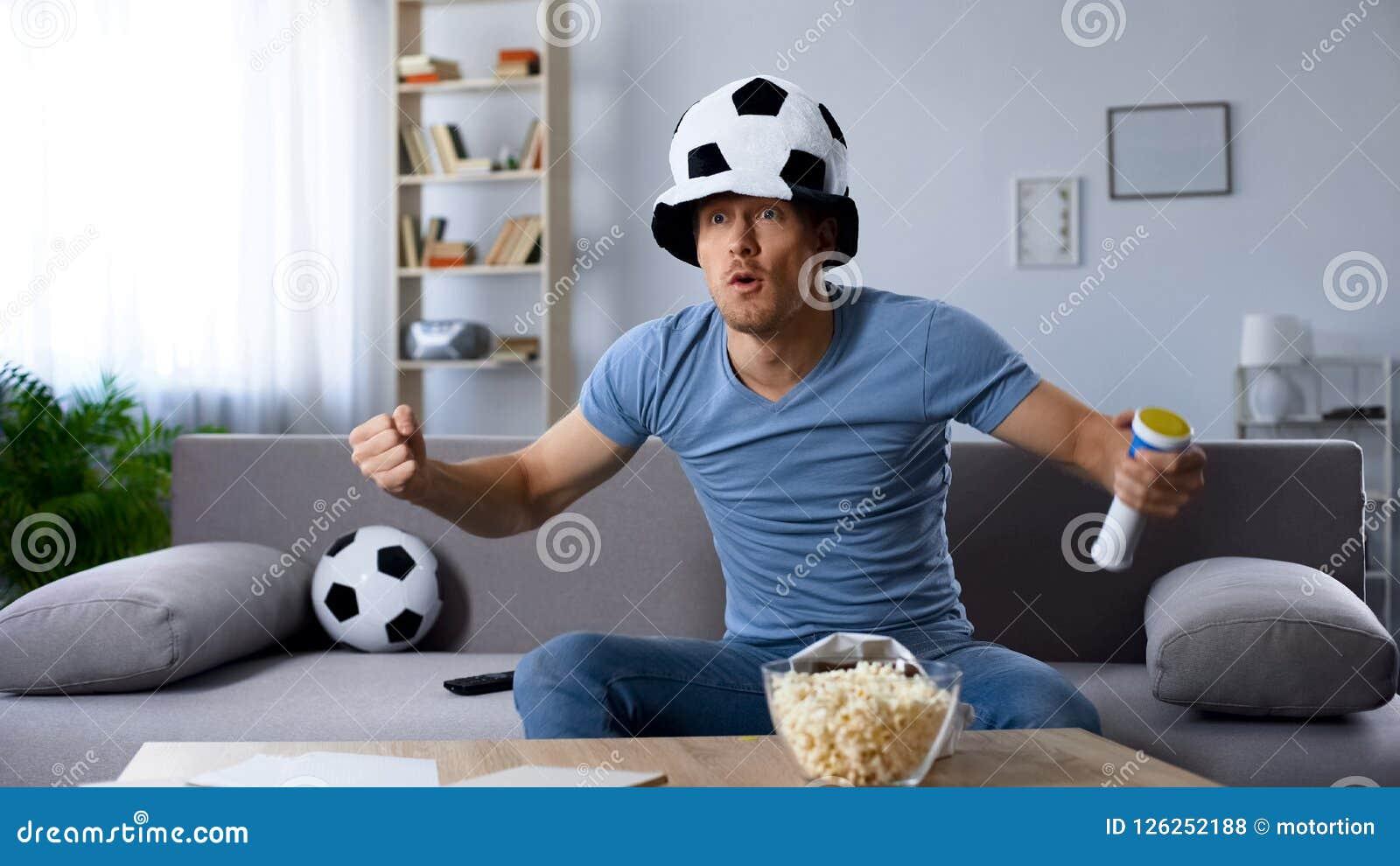 Suporte do futebol no pontapé de grande penalidade decisivo de espera do chapéu do fã, campeonato