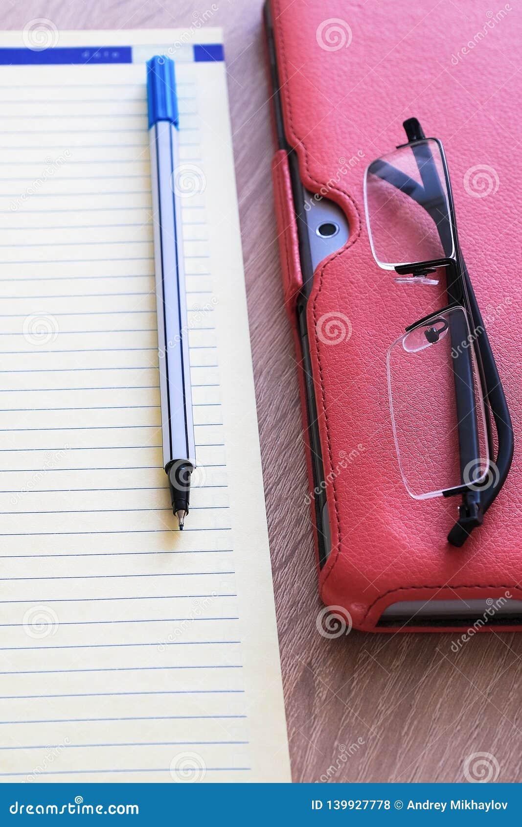 Suporte vermelho da caixa do tablet pc para a tabuleta um grande acessório Um caderno detalhado e vidros Para o trabalho
