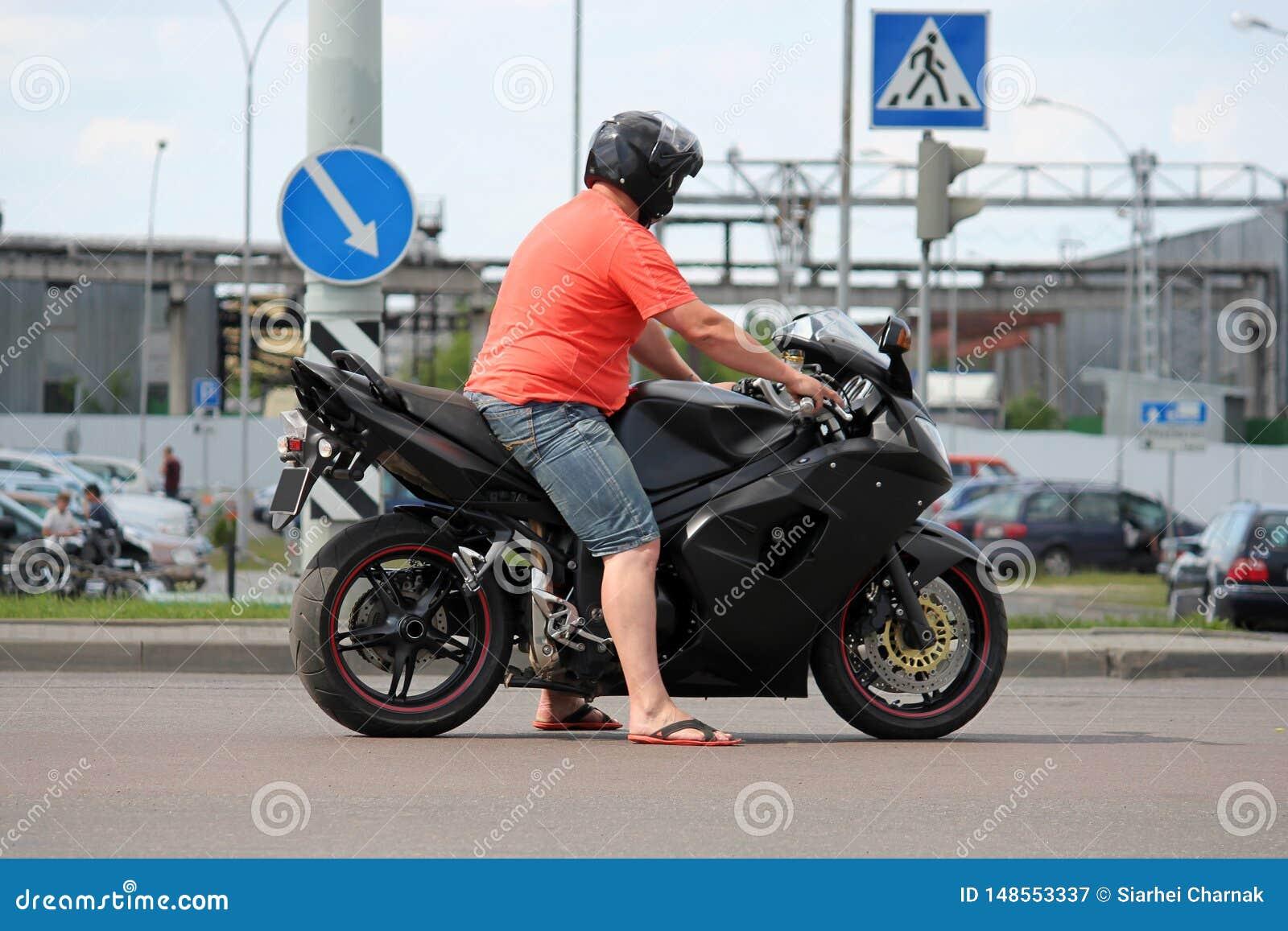 Suportes do motociclista no estradas transversaas