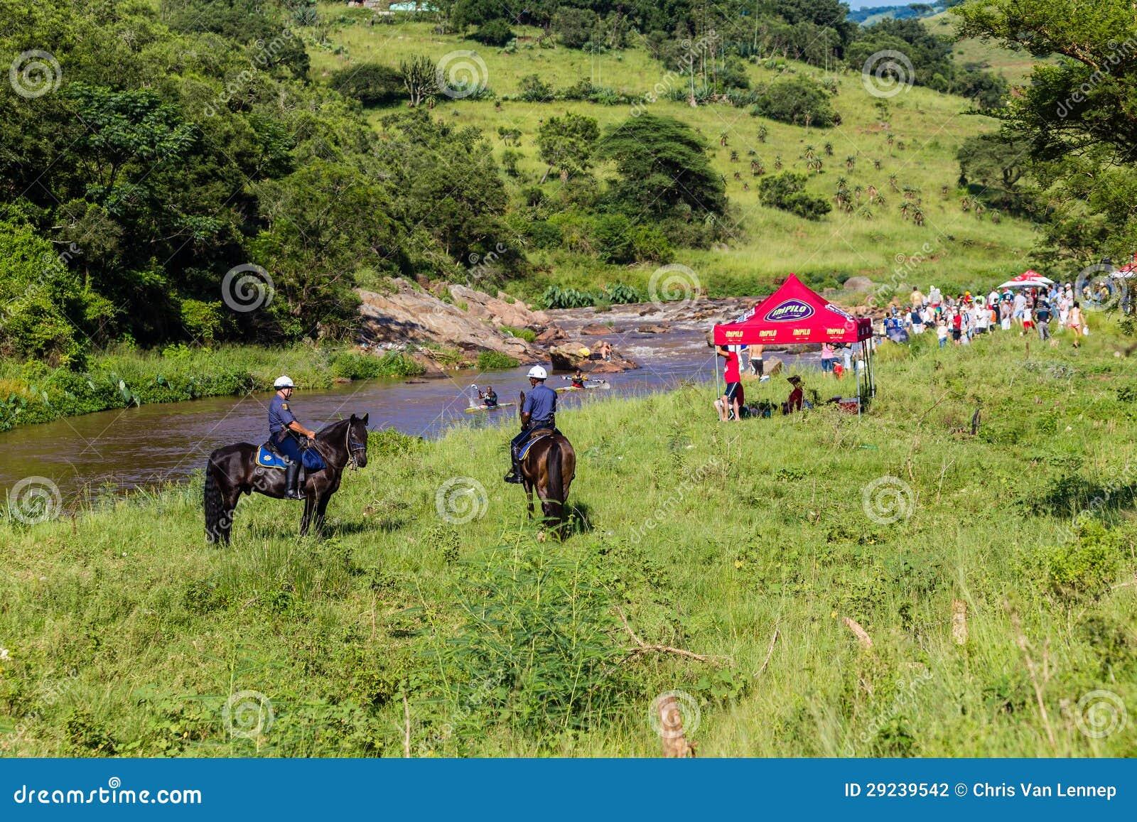 Download Suportes Dos Media Dos Paddlers Da Raça Da Canoa Fotografia Editorial - Imagem de cavalos, missão: 29239542